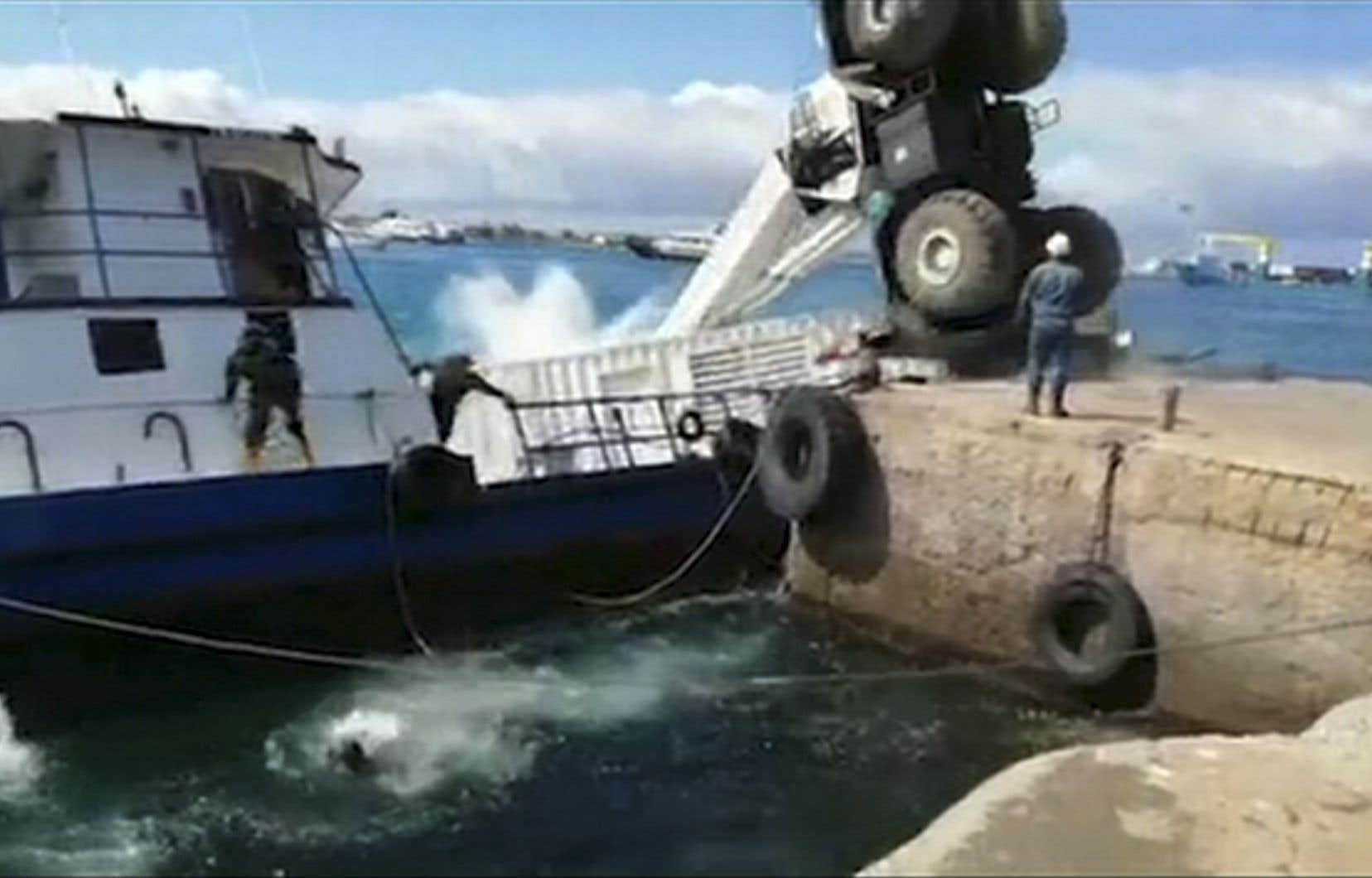 Une grue a fait chavirer une barge remplie de diesel, dimanche.