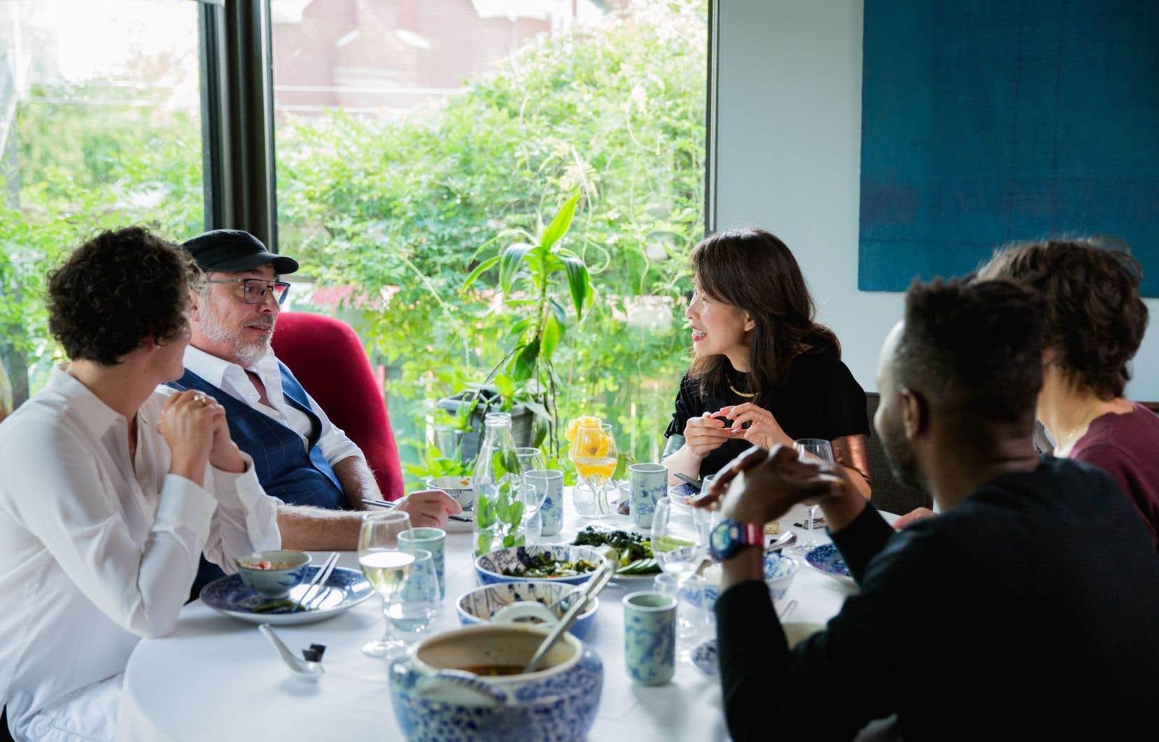 «À la table de Kim» nous présente, entre autres, le joli jardin de l'écrivaine. La balançoire de son garçon. La poignée de la porte qui semble toujours ouverte. Car habituellement, la maîtresse de maison ne sait jamais combien de personnes vont se retrouver autour de sa table.