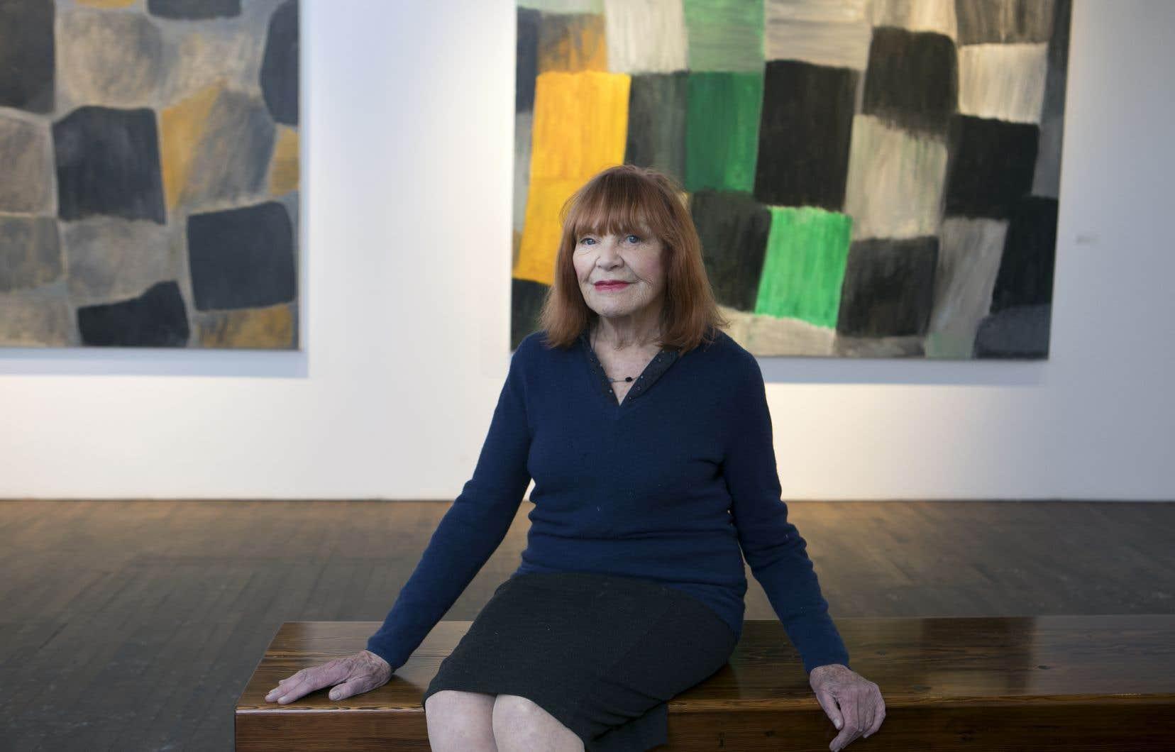 L'exposition «Mythe intemporel» est le sixième solo de Françoise Sullivan en sept ans à la galerie Simon Blais. Derrière elle, ses œuvres intitulées Hommage à Jean-Christophe no. 1 et Hommage à Jean-Christophe no. 2. © Françoise Sullivan/ SODRAC (2019).