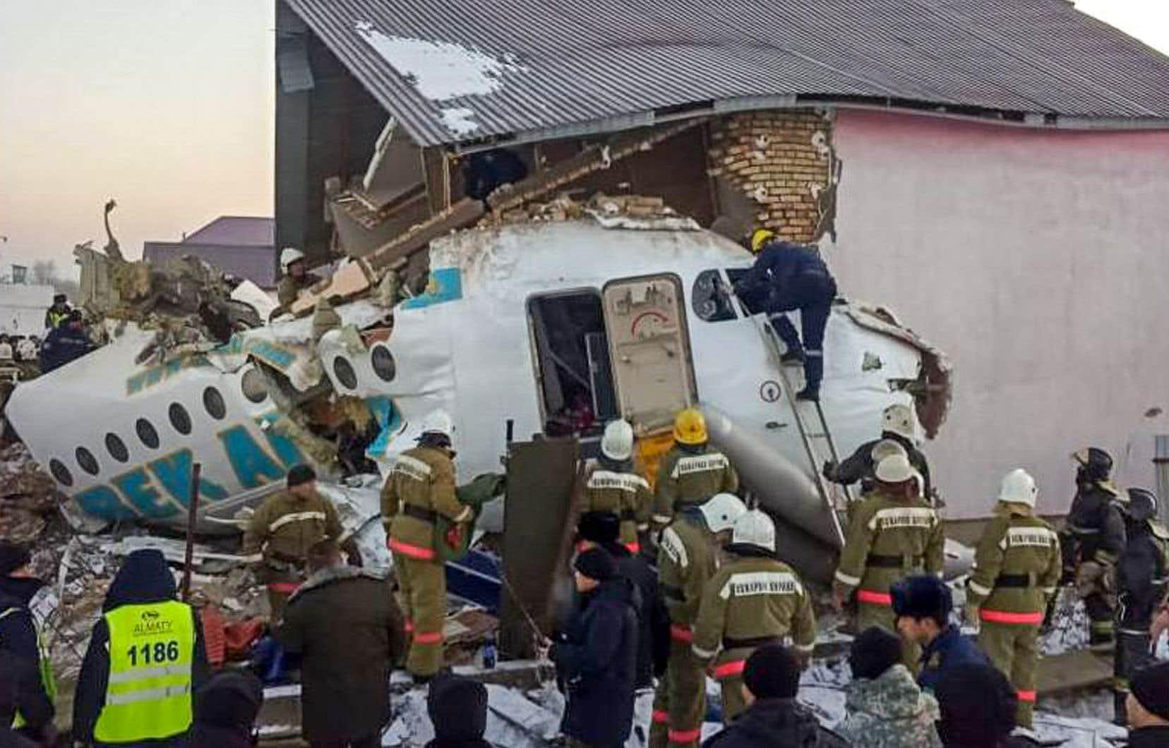 L'avion s'est écrasé dans une zone habitée, détruisant une maison, mais les autorités n'ont fait état d'aucune victime au sol.
