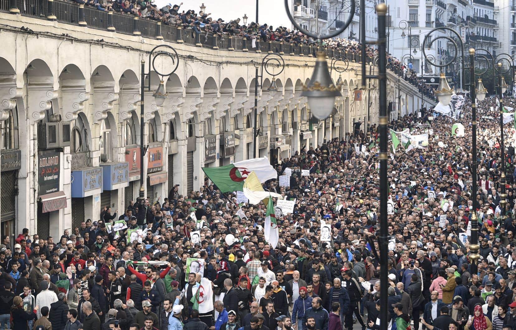 Vendredi, des dizaines de milliers de personnes ont à nouveau participé à la manifestation hebdomadaire dans les rues d'Alger.