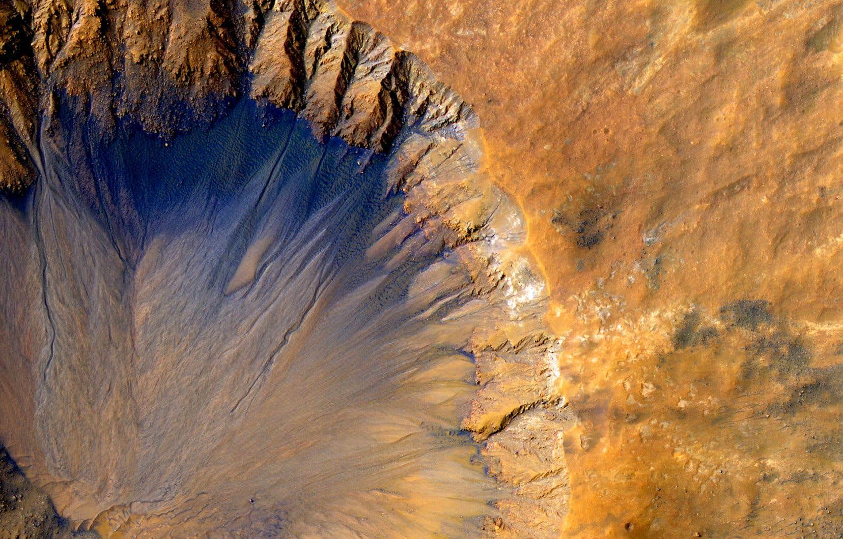 Image satellite d'un cratère prise en 2015 dans la région Sirenum Fossae de la planète Mars