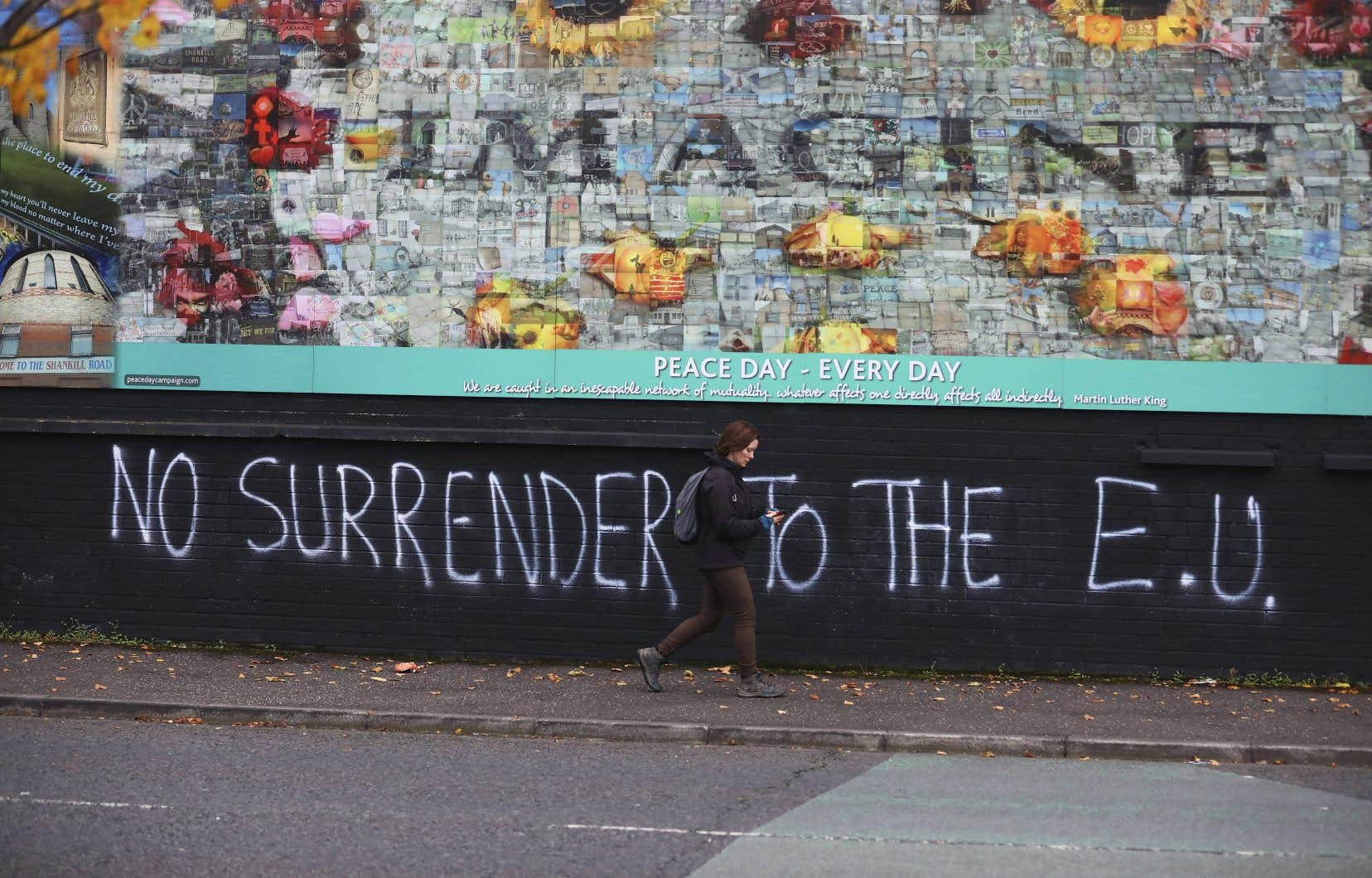 Un graffiti pro-Brexit tapisse un mur séparant la zone protestante de la zone catholique de Belfast.