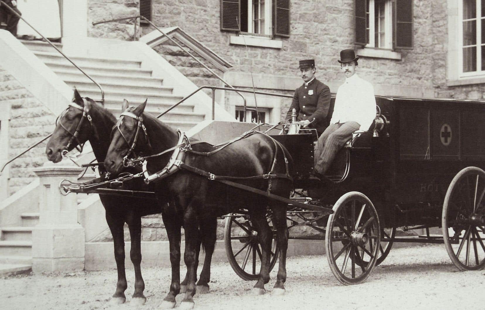 Une ambulance tirée par deux chevaux devant l'hôpital Hôtel-Dieu, à Montréal, vers 1904.
