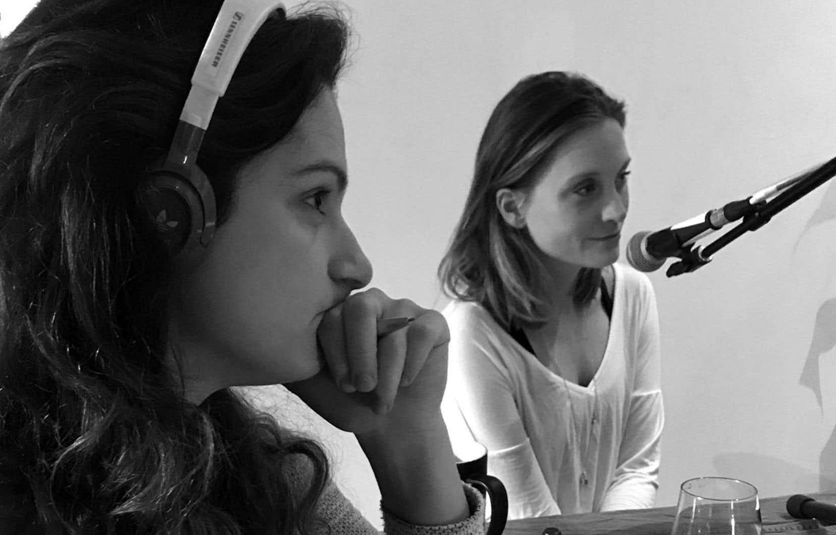 Daphnée Hacker-Bousquet et Karine Lemaire-Rogers, lors d'un enregistrement d'un épisode du balado «On connaît tous quelqu'un»