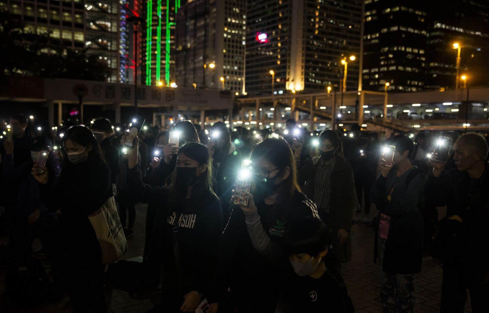 Les milliers de manifestants, se tenant par la main sur des kilomètres dans les rues de la ville, ont entonné «Gloire à Hong Kong», l'hymne de la contestation.