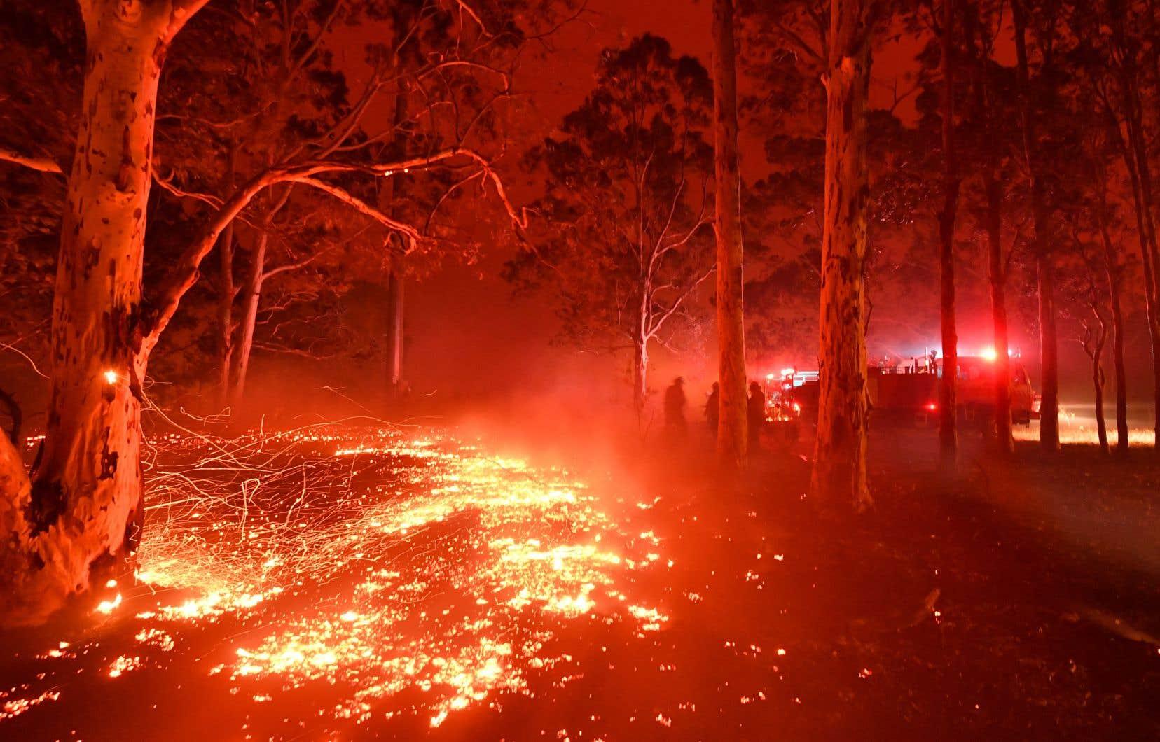 Trois personnes sont mortes en 24 heures et cinq autres sont portées disparues alors que le sud-est du pays est toujours ravagé par des feux incontrôlables.