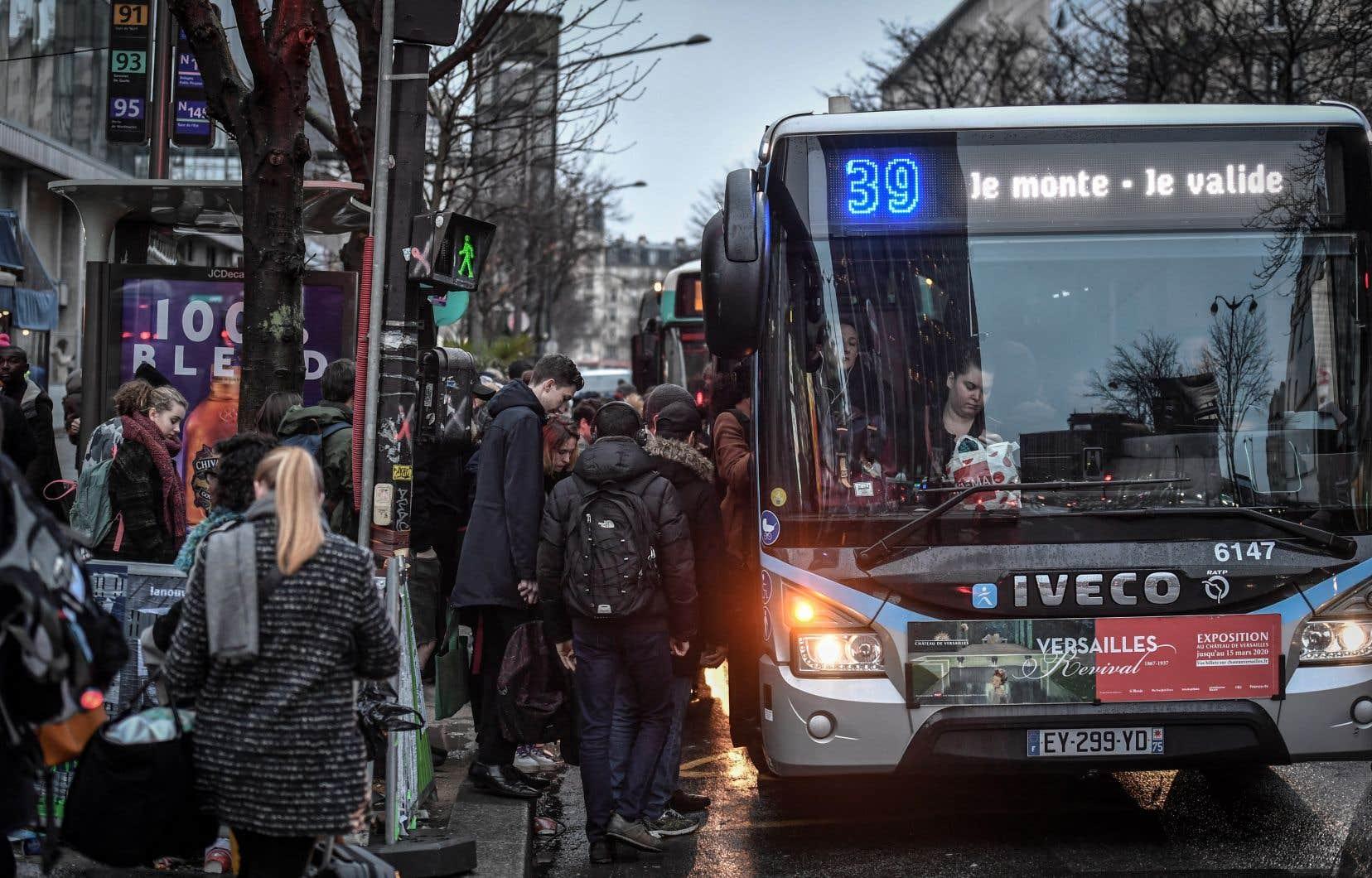 La grève, qui a débuté le 5 décembre, perturbe principalement la circulation des trains à travers la France et les transports publics en région parisienne.