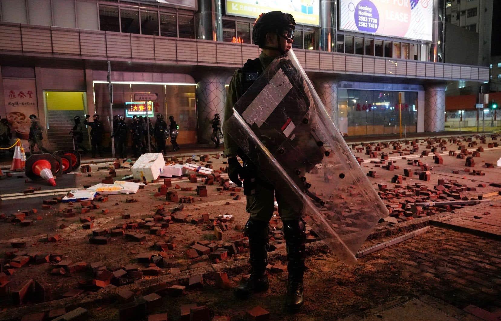 Hong Kongest secoué depuis juin par des manifestations, souvent violentes, de militants qui dénoncent l'ingérence jugée grandissante de Pékin dans ses affaires et exigent des réformes démocratiques.
