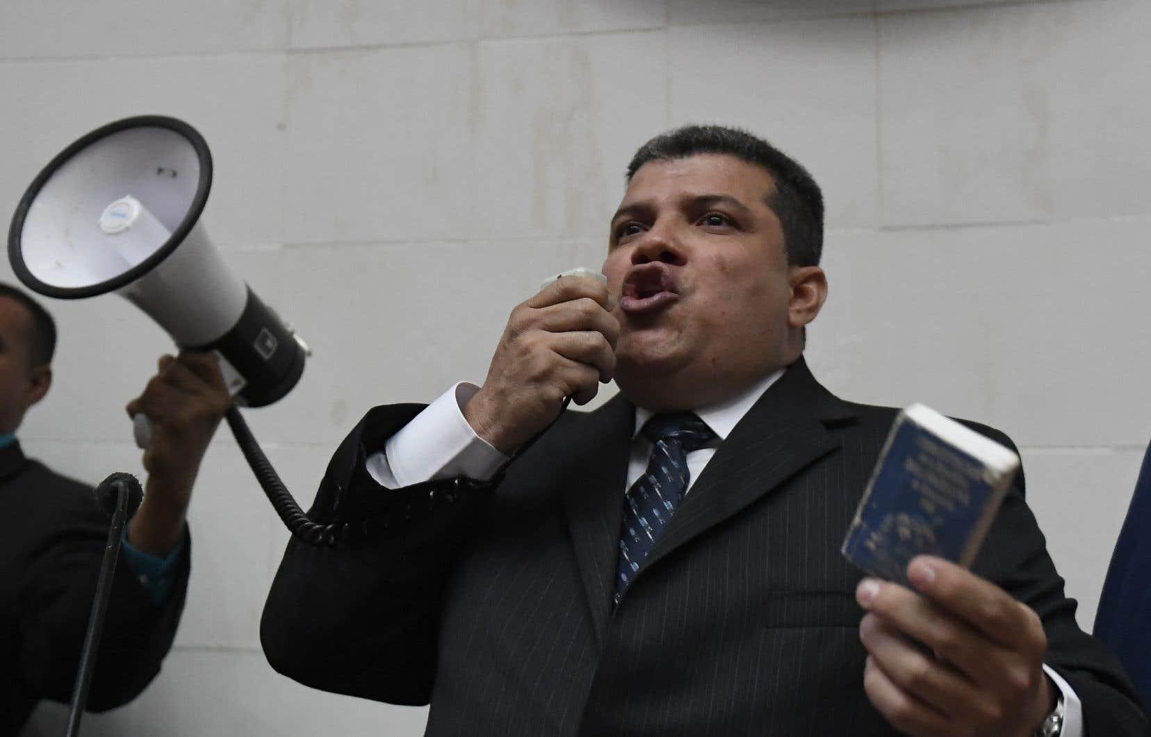 Luis Parra a empoigné un mégaphone dans la cohue pour se déclarer président de l'Assemblée nationale du Venezuela.