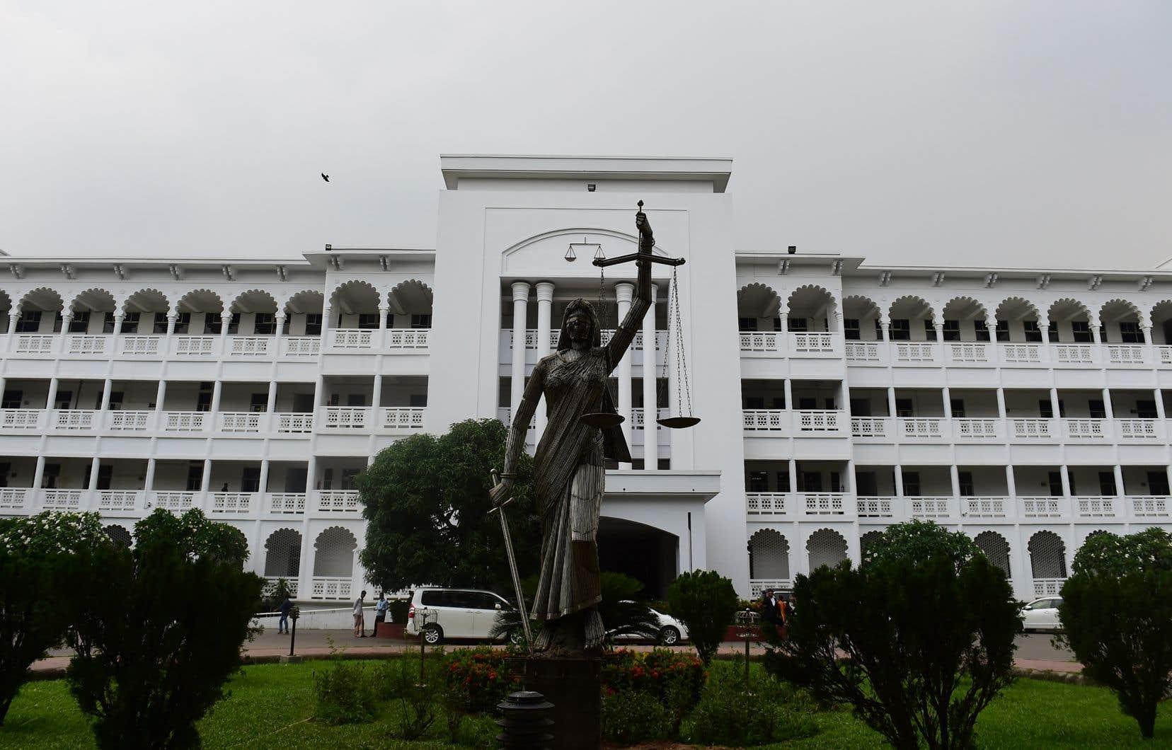 La commission anticorruption du pays a lancé en juillet 2019 des poursuites à l'encontre de M.Sinha et de dix autres personnes pour corruption, blanchiment d'argent et abus de pouvoir.