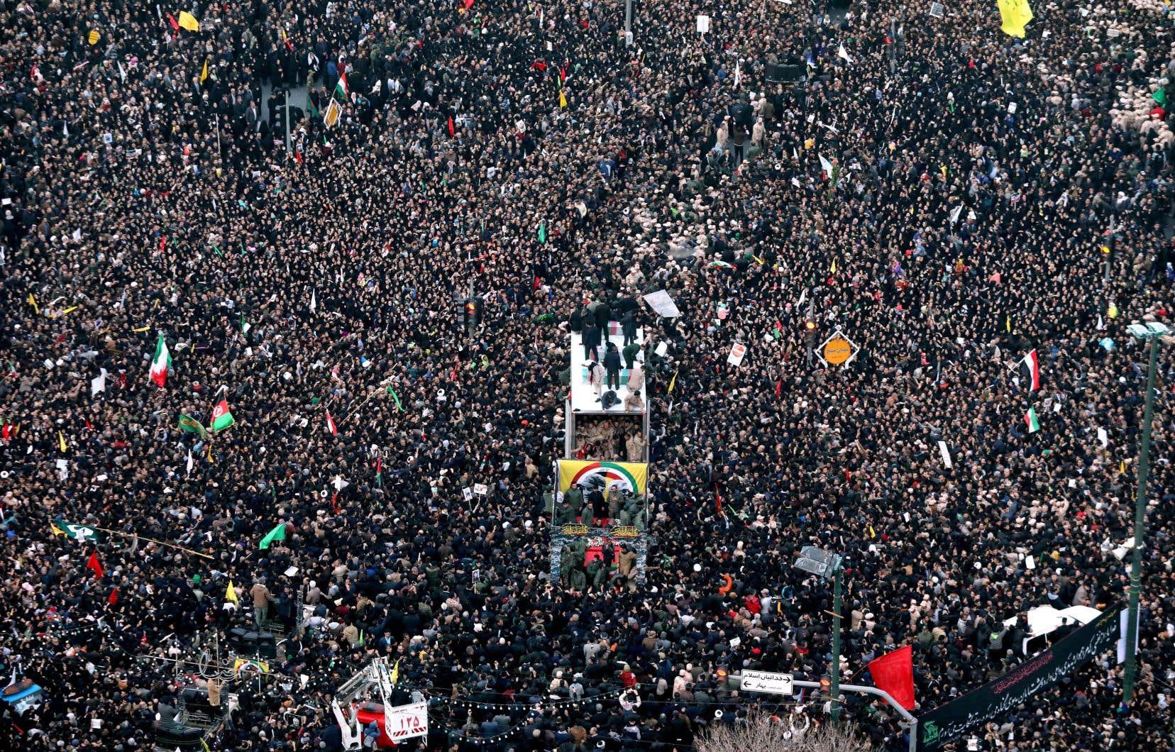 L'hommage au général Qassem Soleimani se poursuit en Iran. Le cortège funéraire, transportant les restes du général et d'autres victimes tués par une frappe aérienne lancée par les États-Unis dans la nuit de jeudi à vendredi en Irak, est arrivé dimanche à Mashhad, dans le nord-est du pays, et a été accueilli par des millions de personnes en deuil.