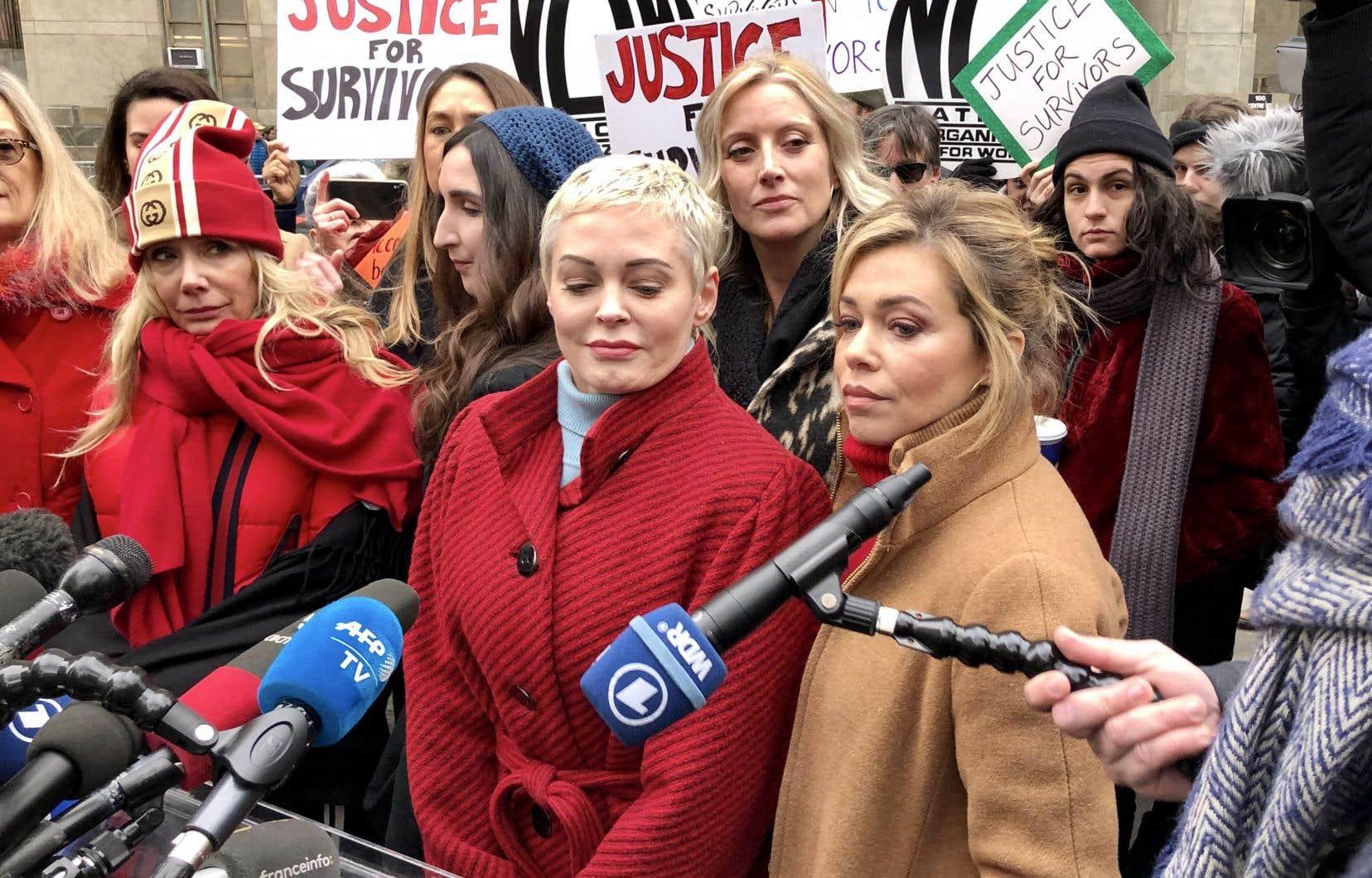 Les actrices Rosanna Arquette (au premier plan, avec un bonnet) et Rose McGowan (au centre) étaient au nombre des dénonciatrices de Harvey Weinstein à s'être présentées devant le tribunal new-yorkais où s'ouvrait lundi son procès.