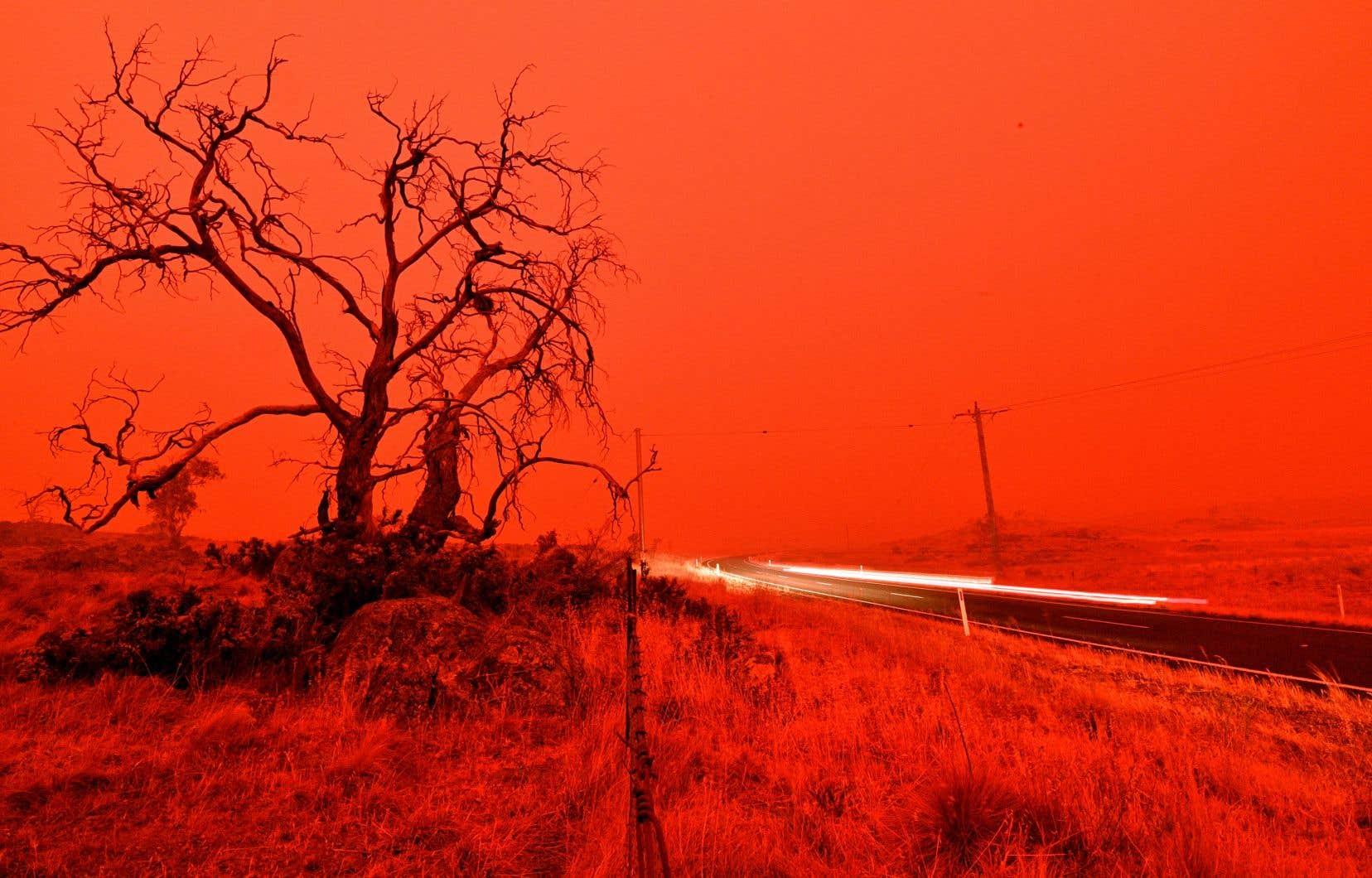 Dans d'autres médias australiens, les reportages et les chroniques en manchette alignent les références infernales pour faire comprendre la tragédie qui se joue dans l'Australie ignée «où le jour ressemble à la nuit», avec des flammes dépassant les 50 mètres.