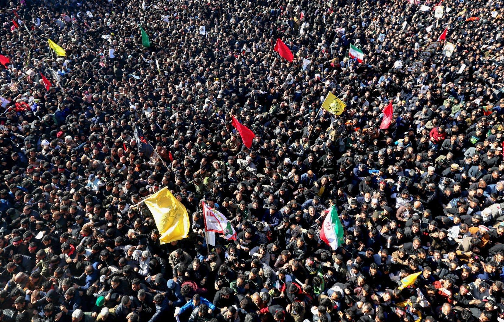 À Kerman, la ville natale du général Soleimani, les Iraniens ont attendu toute la nuit sur les lieux pour assister aux funérailles.