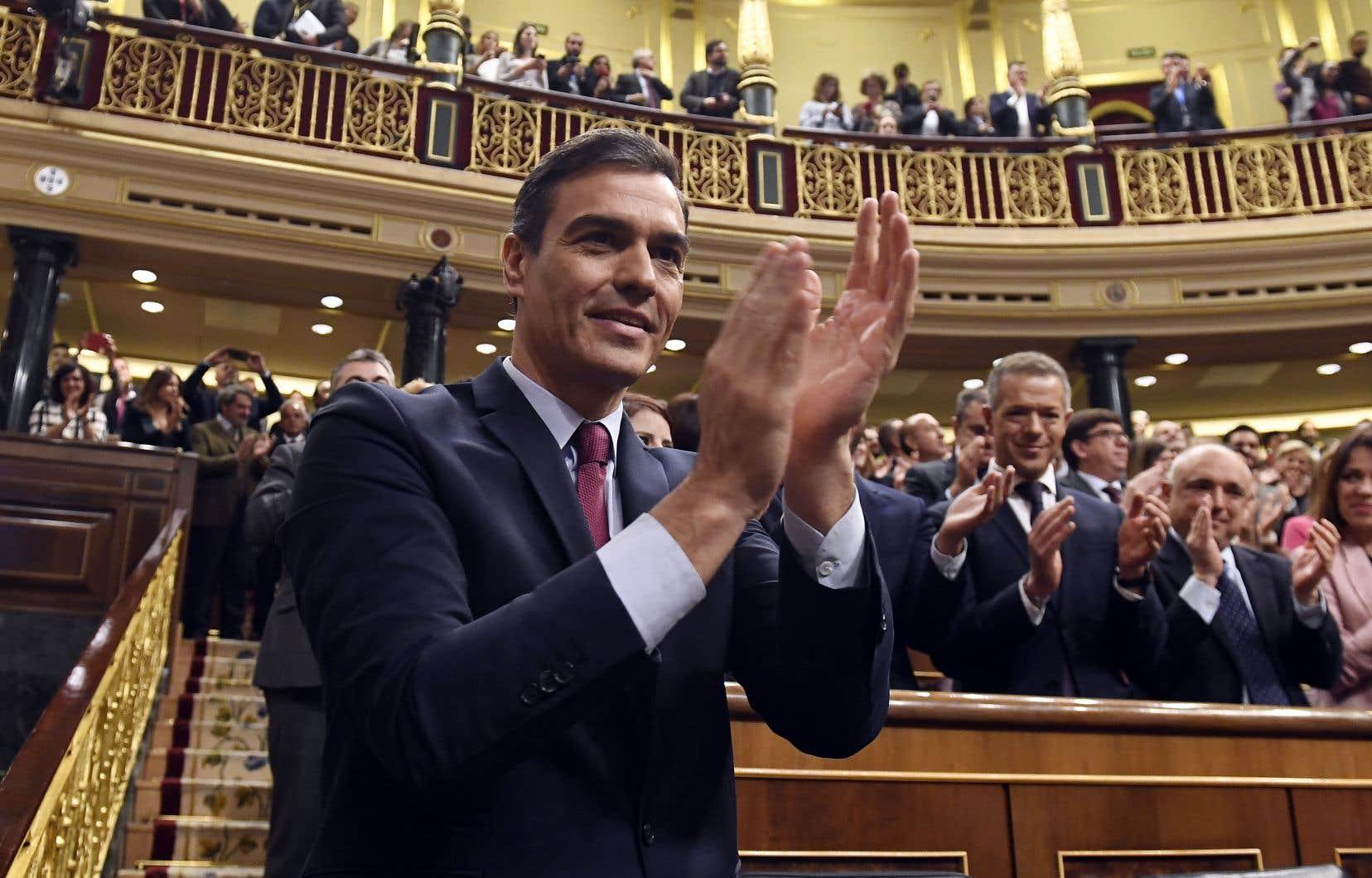 Pedro Sánchez a été reconduit au pouvoir mardi d'extrême justesse par les députés espagnols, après huit mois de paralysie politique.