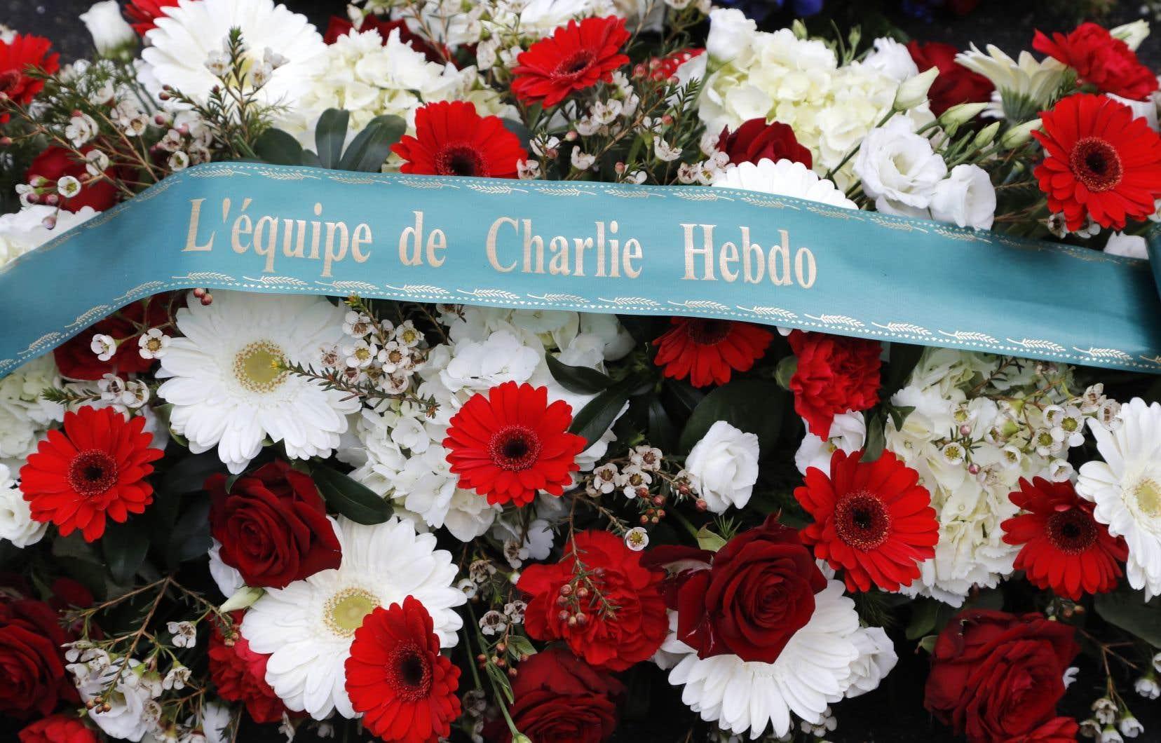 Une gerbe de fleurs déposée devant les anciens bureaux de «Charlie Hebdo» à Paris, à l'occasion du cinquième anniversaire de l'attaque djihadiste contre le magazine