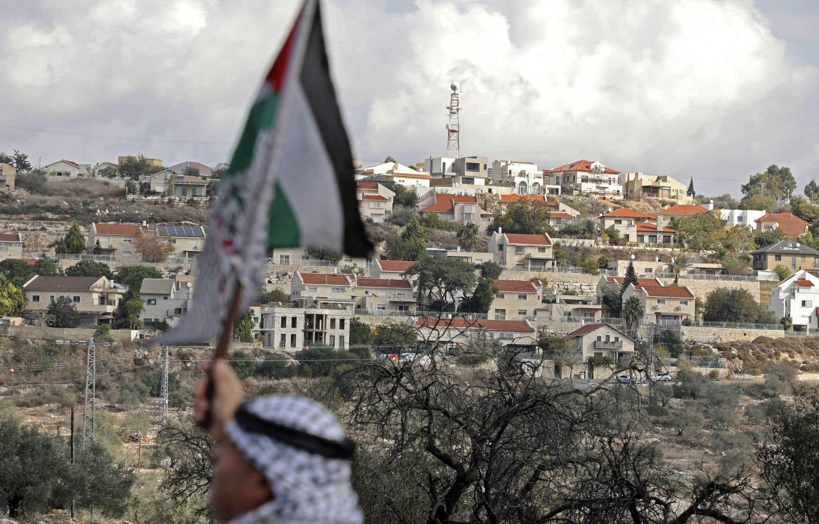 Un manifestant palestinien brandissait son drapeau national devant la colonie juive de Kdumim, en Cisjordanie, le 6 décembre dernier, pour protester contre l'expropriation pratiquée par Israël dans le village de Kafr Qaddum.