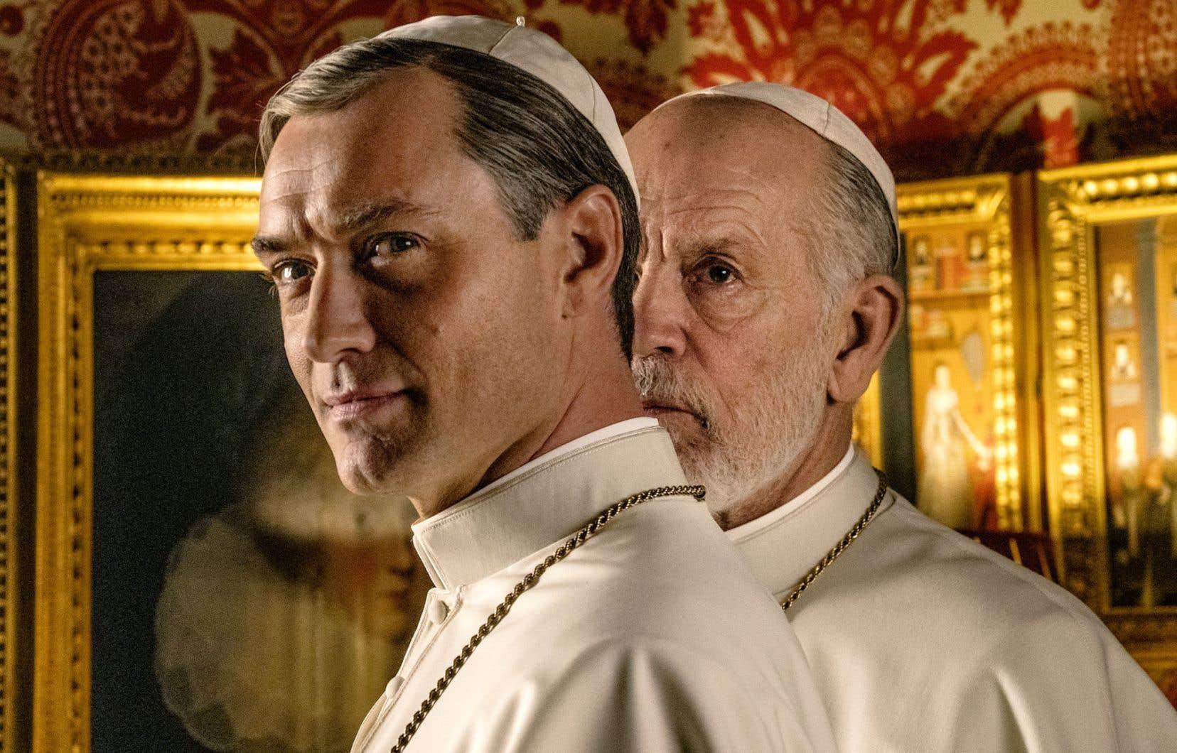 Jude Law incarne Pie XIII, aussi ambitieux que conservateur, tandis que John Malkovich joue un Jean-Paul III modéré, mais réformateur.