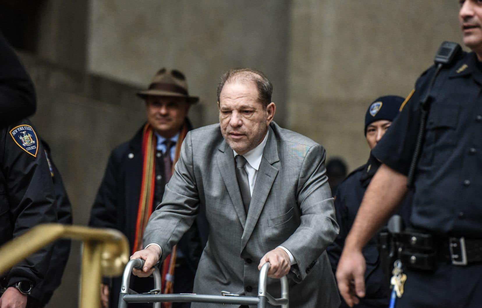 Lundi, alors qu'elles manifestaient lors de l'ouverture du procès du producteur pour viol et agression sexuelle, plusieurs de ses accusatrices ne cachaient pas leur scepticisme après avoir vu Weinstein courbé sur sa marchette.