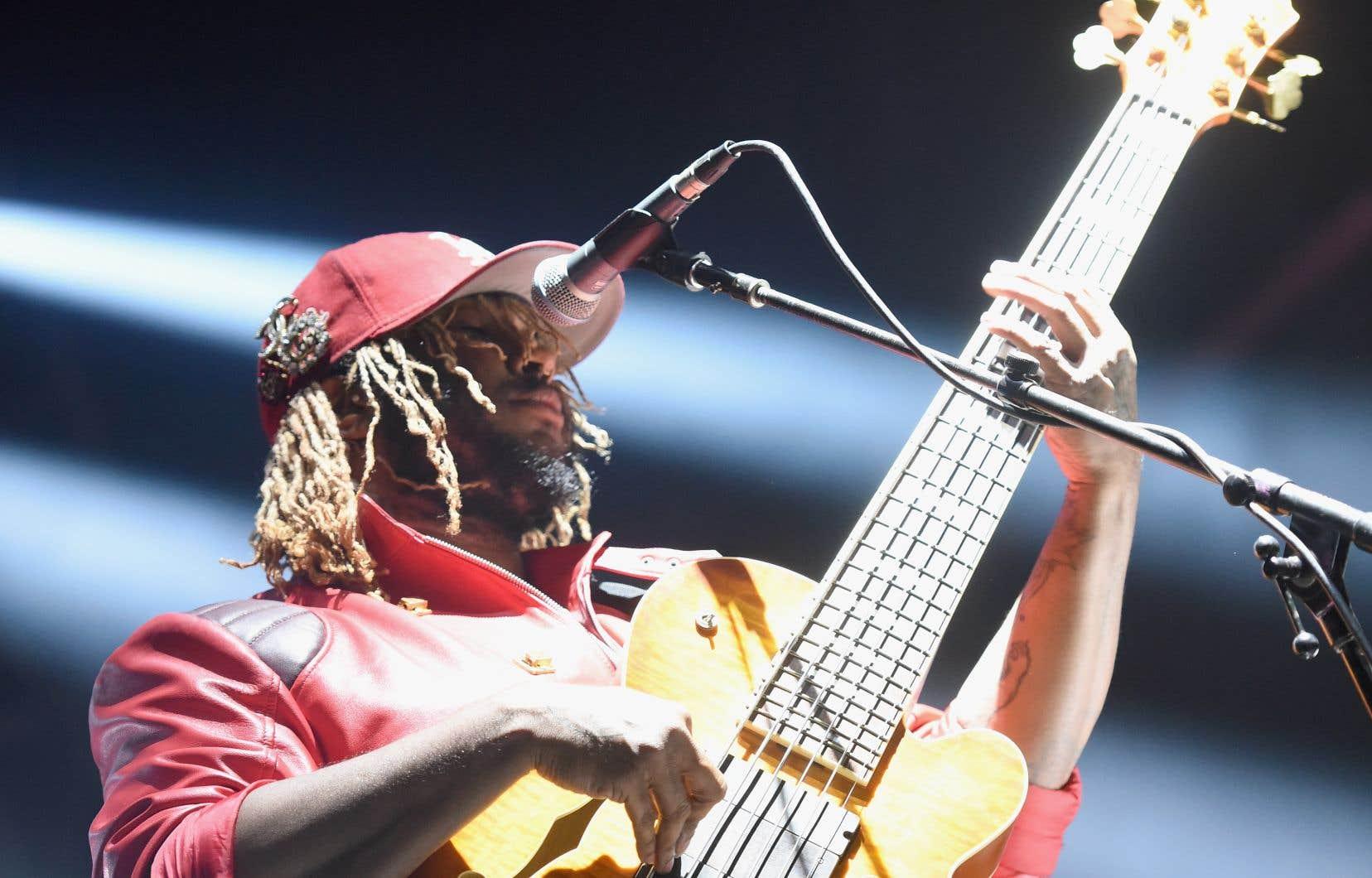 Le compositeur et bassiste <b id=