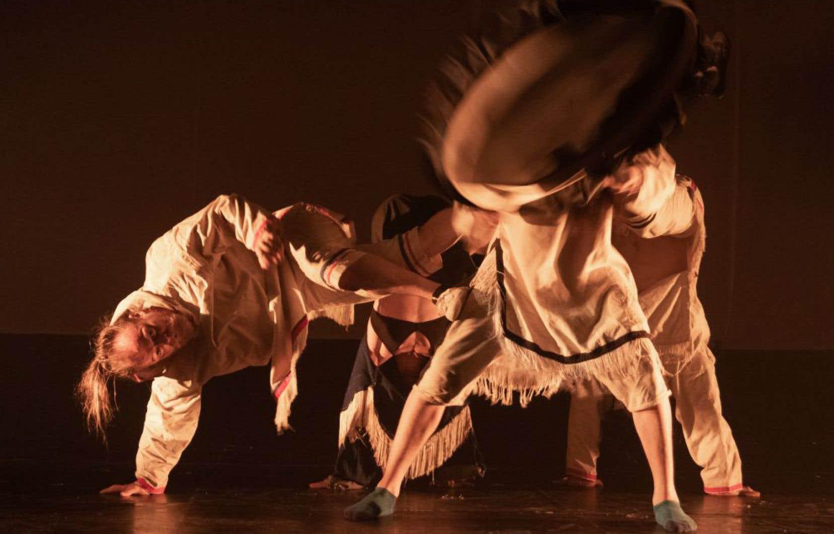 Mené par Les 7 Doigts de Montréal, Artcirq d'Igloolik et Taqqut Productions d'Iqaluit, «Unikkaaqtuat» est une production multidisciplinaire majeure qui combine les arts du cirque, la musique, le théâtre et les projections vidéo.