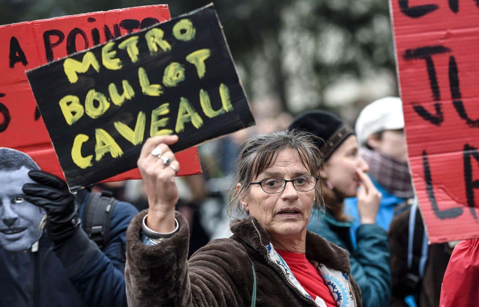 Une manifestante affichait sa colère contre la réforme des retraites, jeudi, à Nantes. Les syndicats affirment que les marches organisées à travers la France ont rassemblé quelque 800000 personnes.