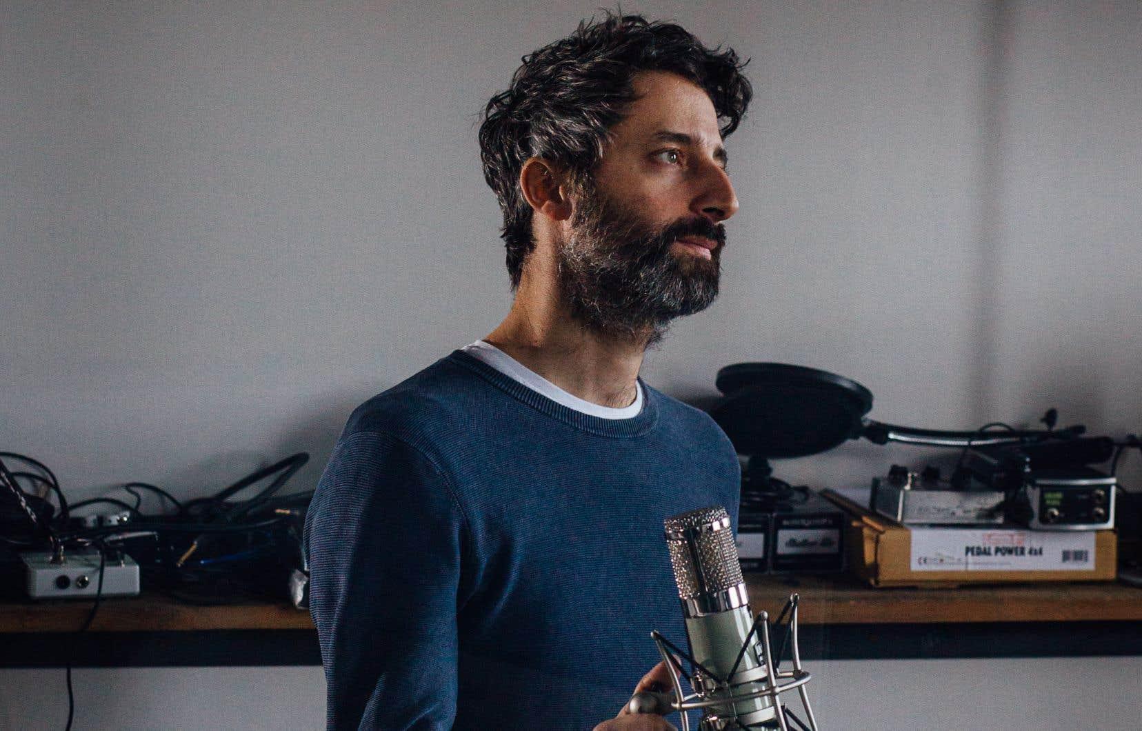 L'auteur-compositeur-interprète Louis-Jean Cormier dans son studio à Montréal