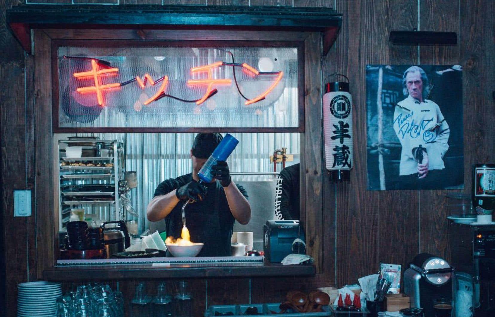Hanzō n'est pas un «izakaya» comme les autres. Hanzō est marqué par le film «Kill Bill», et l'âme du samouraï Hattori Hanzō flotte dans l'air.