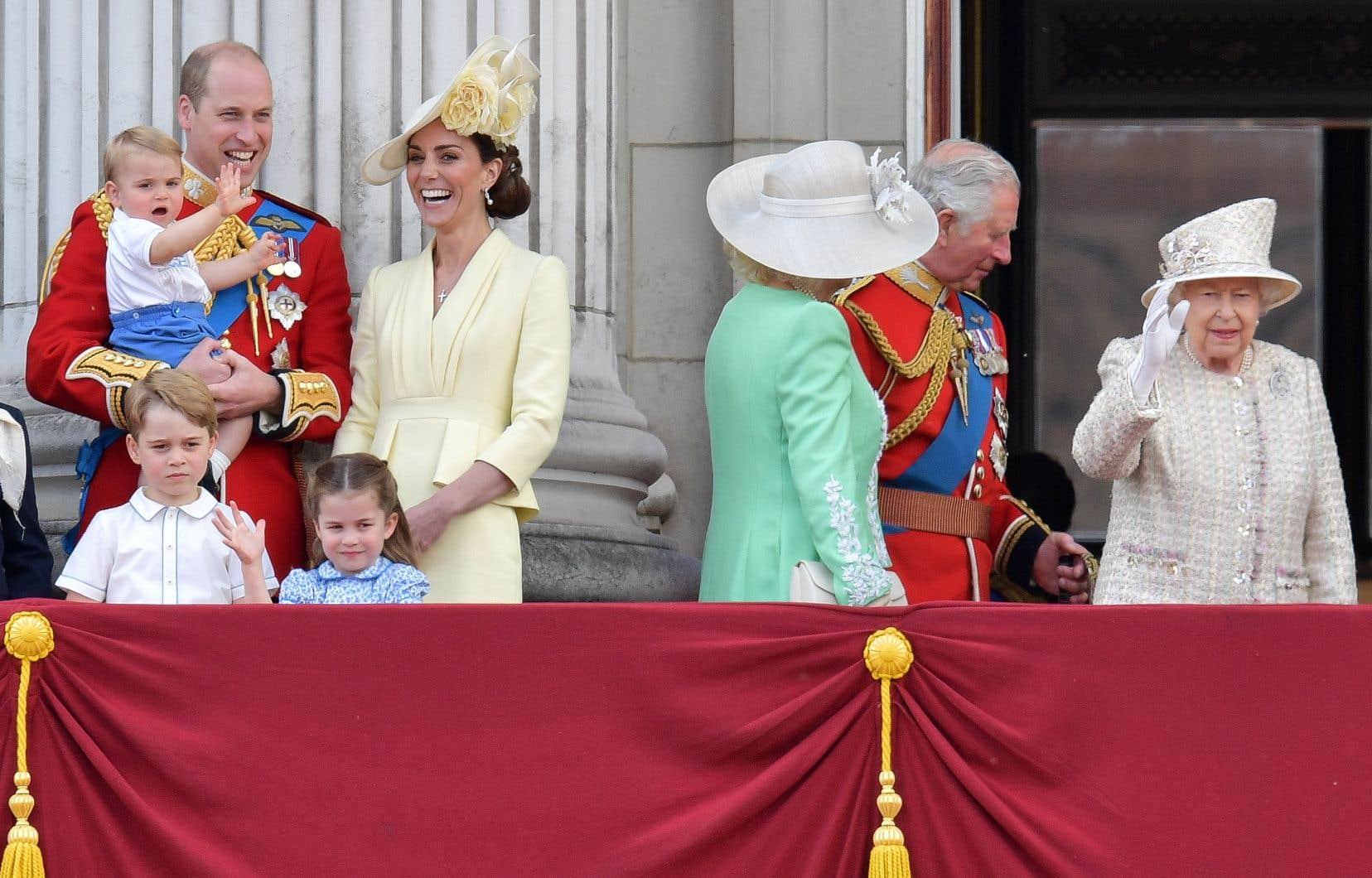 Seize des cinquante-trois membres du Commonwealth conservent Élisabeth II (à droite) comme cheffe d'État, ce qui fait de la monarchie britannique la seule monarchie multinationale.