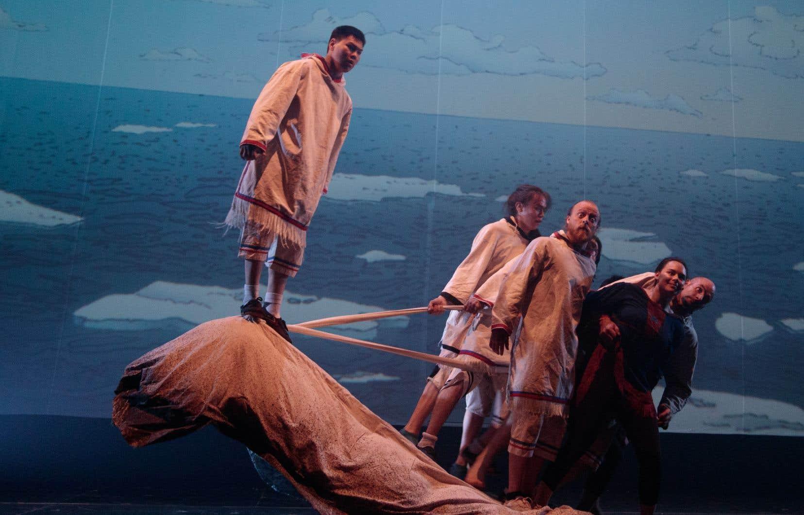 Unikkaaqtuats'appuie sur des traditions orales inuites menacées afin de créer des tableaux visuels, musicaux et acrobatiques qui s'avèrent d'une grande beauté.