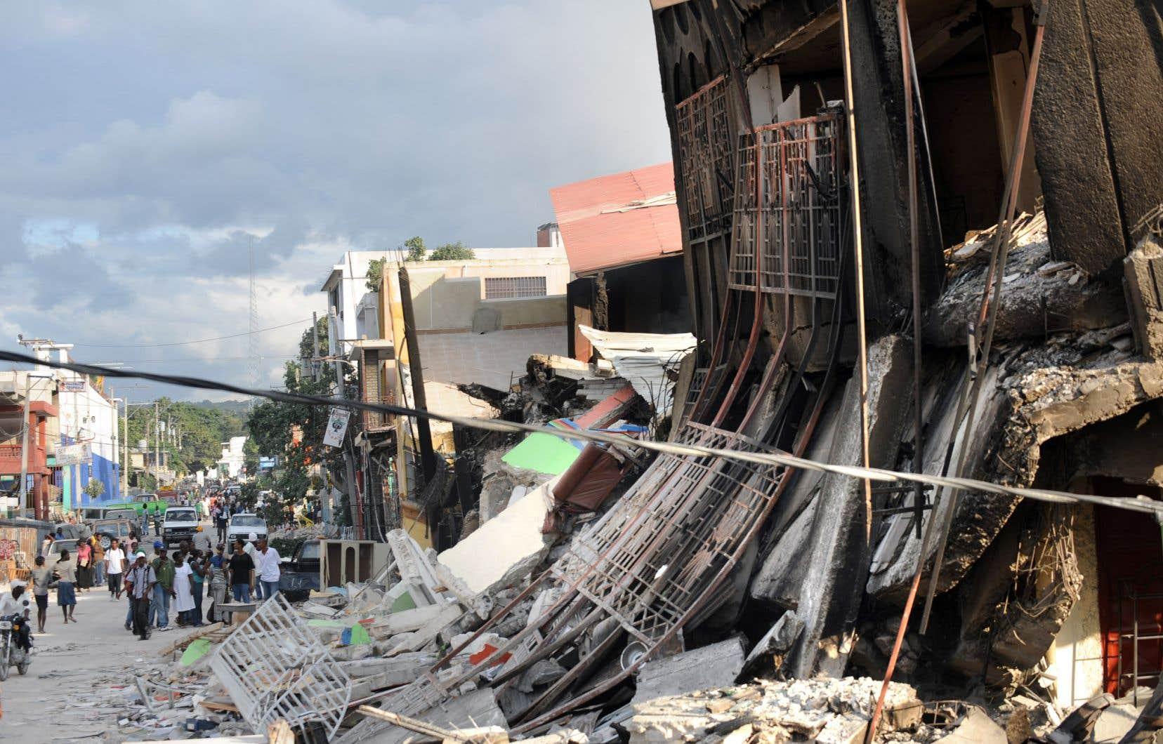 «Des maisons effondrées, des morts, des blessés jonchaient les rues de Port-au-Prince», se remémore l'auteur.