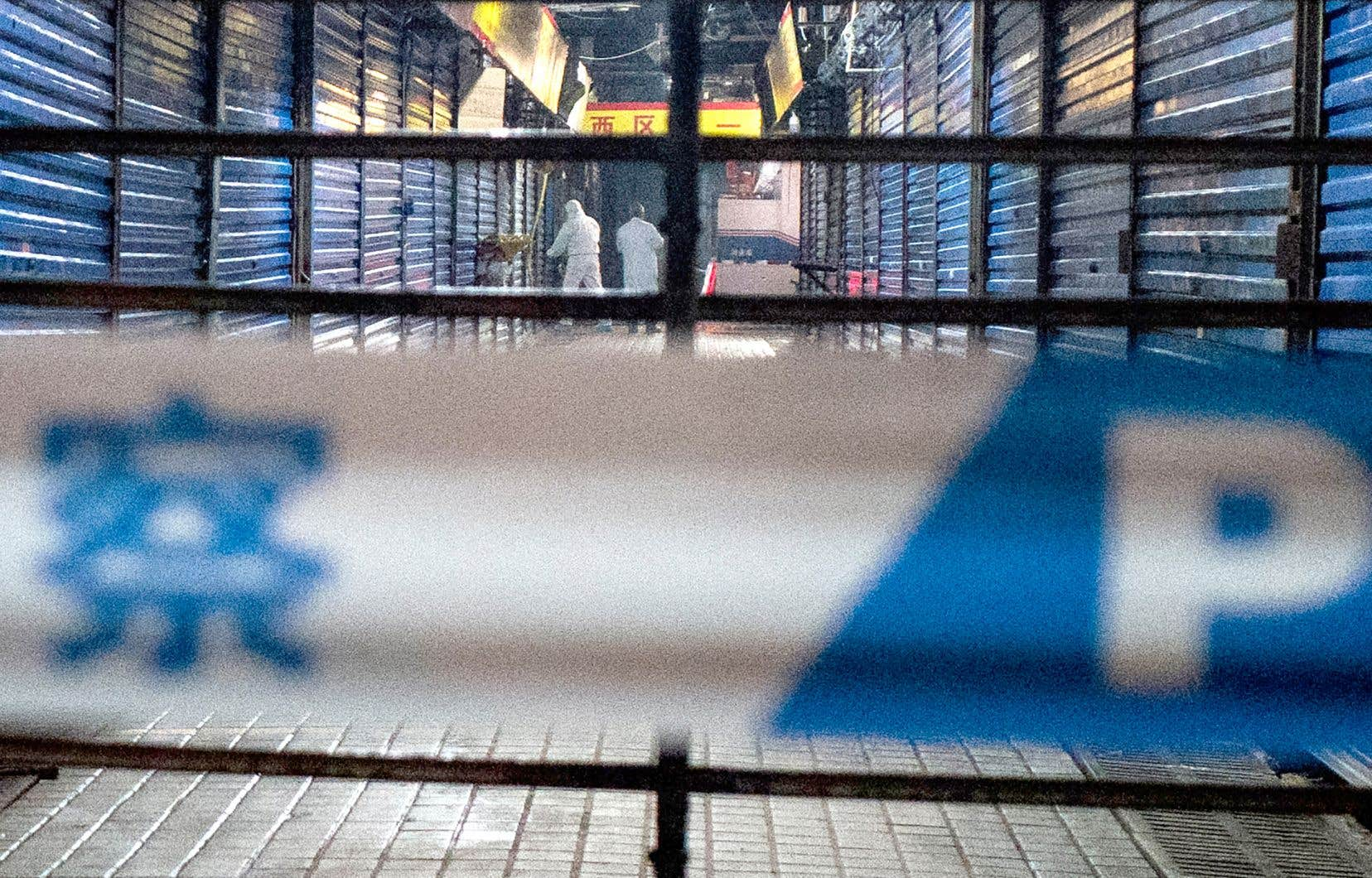 Le marché de fruits de mer de Wuhan, que fréquentait régulièrement un homme décédé en lien avec le coronavirus, a été fermé pour des fins d'enquête.