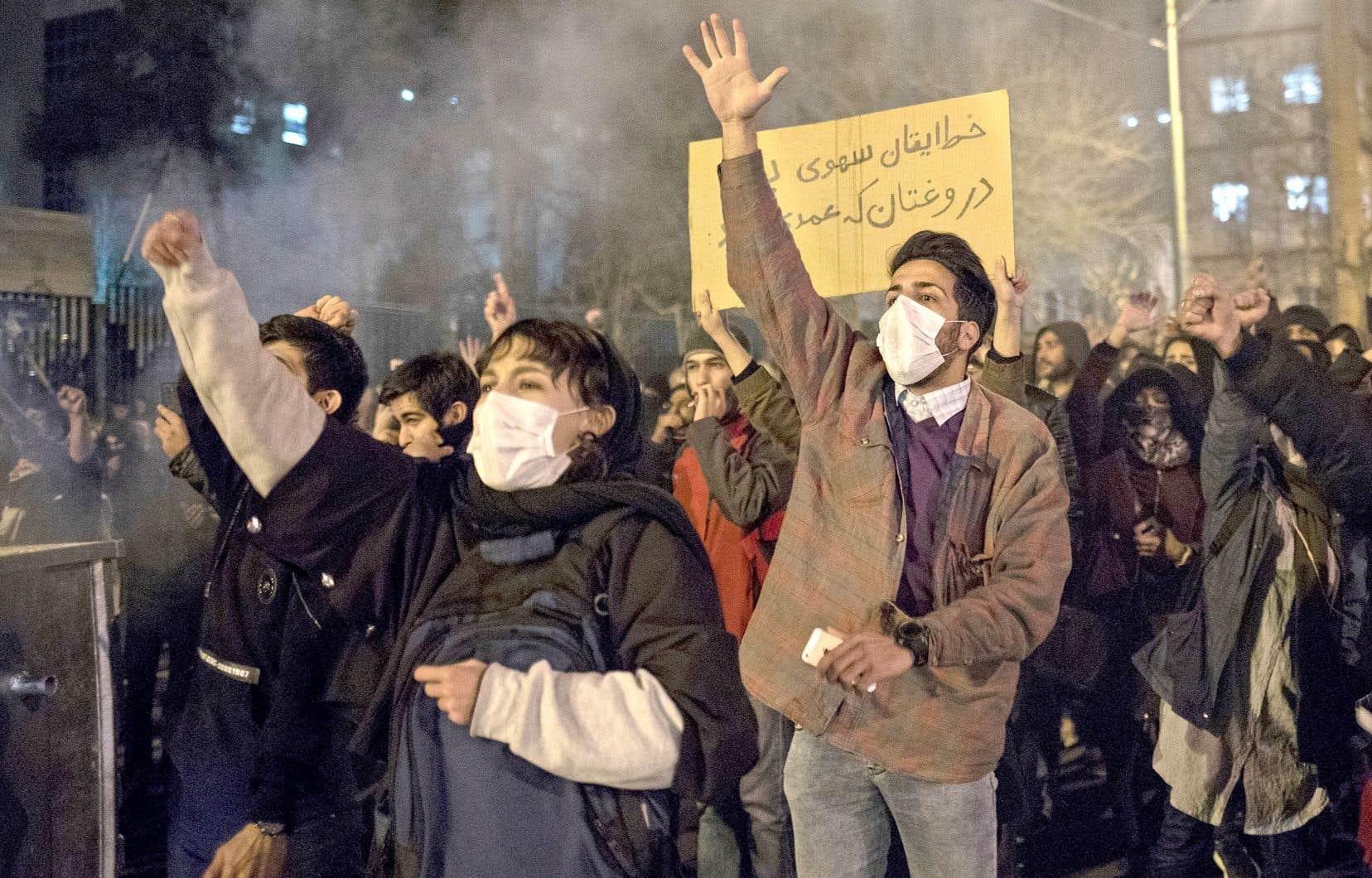 Samedi soir, des manifestants avaient brandi sous le nez des forces de l'ordre des banderoles sur lesquelles on pouvait lire: «Votre erreur était non voulue, mais votre mensonge était intentionnel».