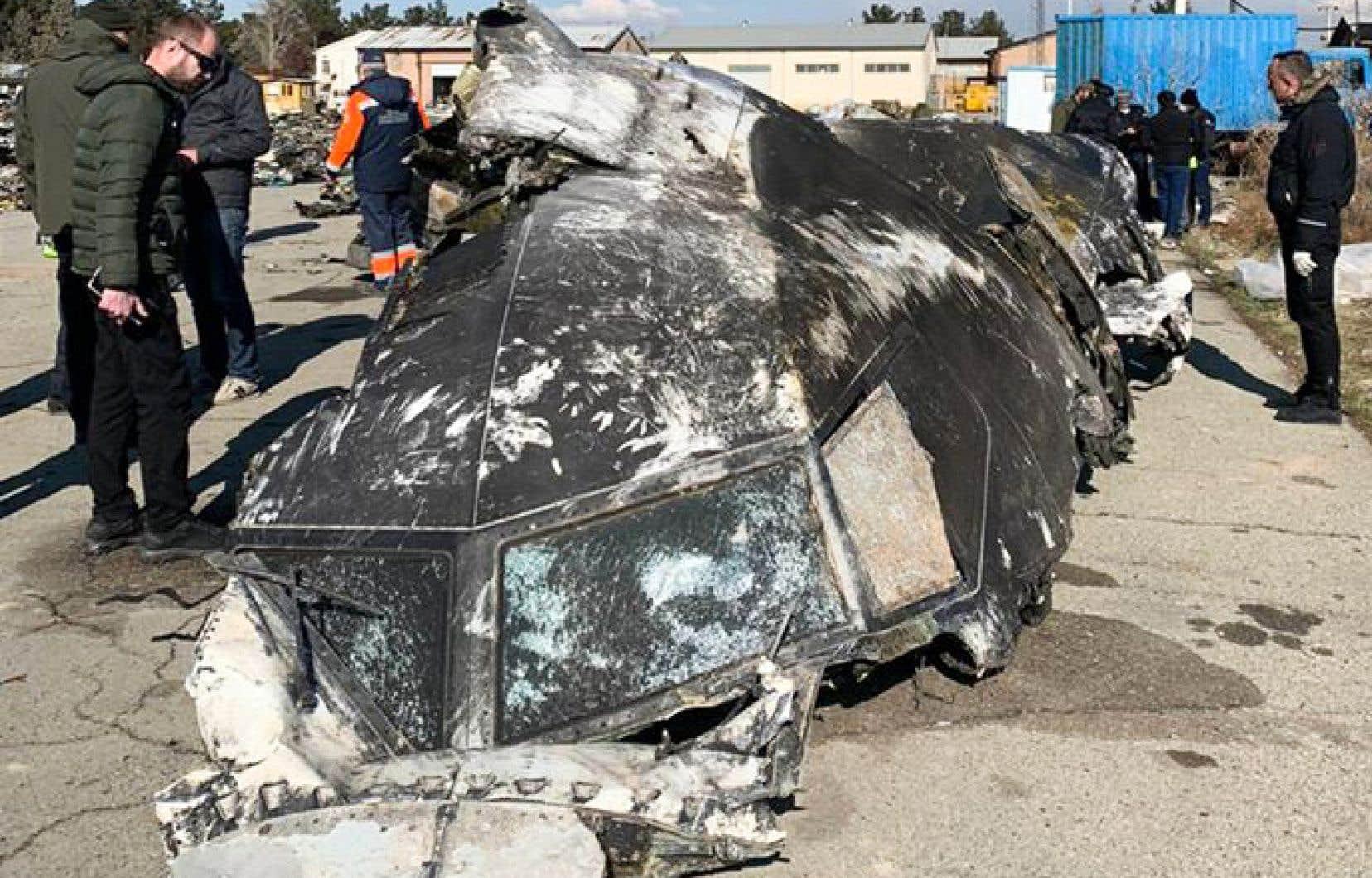 Des personnes analysent les fragments et les restes de l'avion Boeing 737-800 d'Ukraine International Airlines qui s'est écrasé à l'extérieur de Téhéran, le 8 janvier 2020.