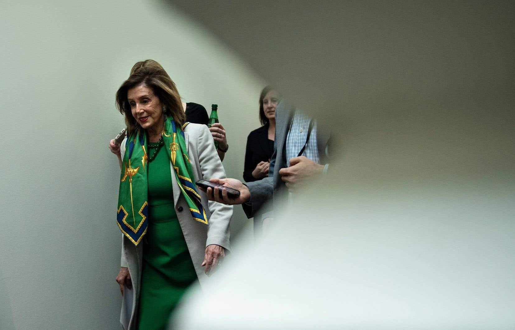 Nancy Pelosi a entamé dans la matinée des discussions à huis clos avec les membres de sa majorité pour fixer les modalités et le calendrier de cette procédure historique.