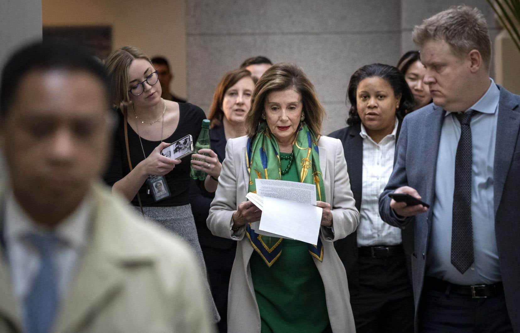 Nancy Pelosi, présidente de la Chambre des représentants, a consulté quelques notes à son arrivée, mardi, au Congrès.