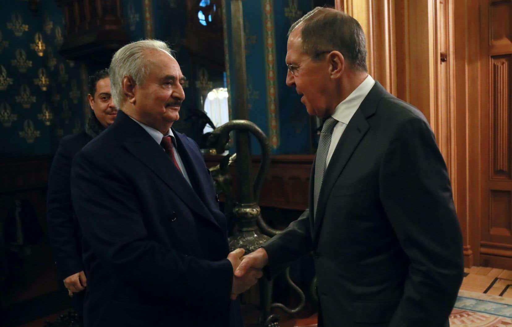Le ministre russe des Affaires étrangères, Sergueï Lavrov, et le maréchal Khalifa Haftar à Moscou, le 13 janvier