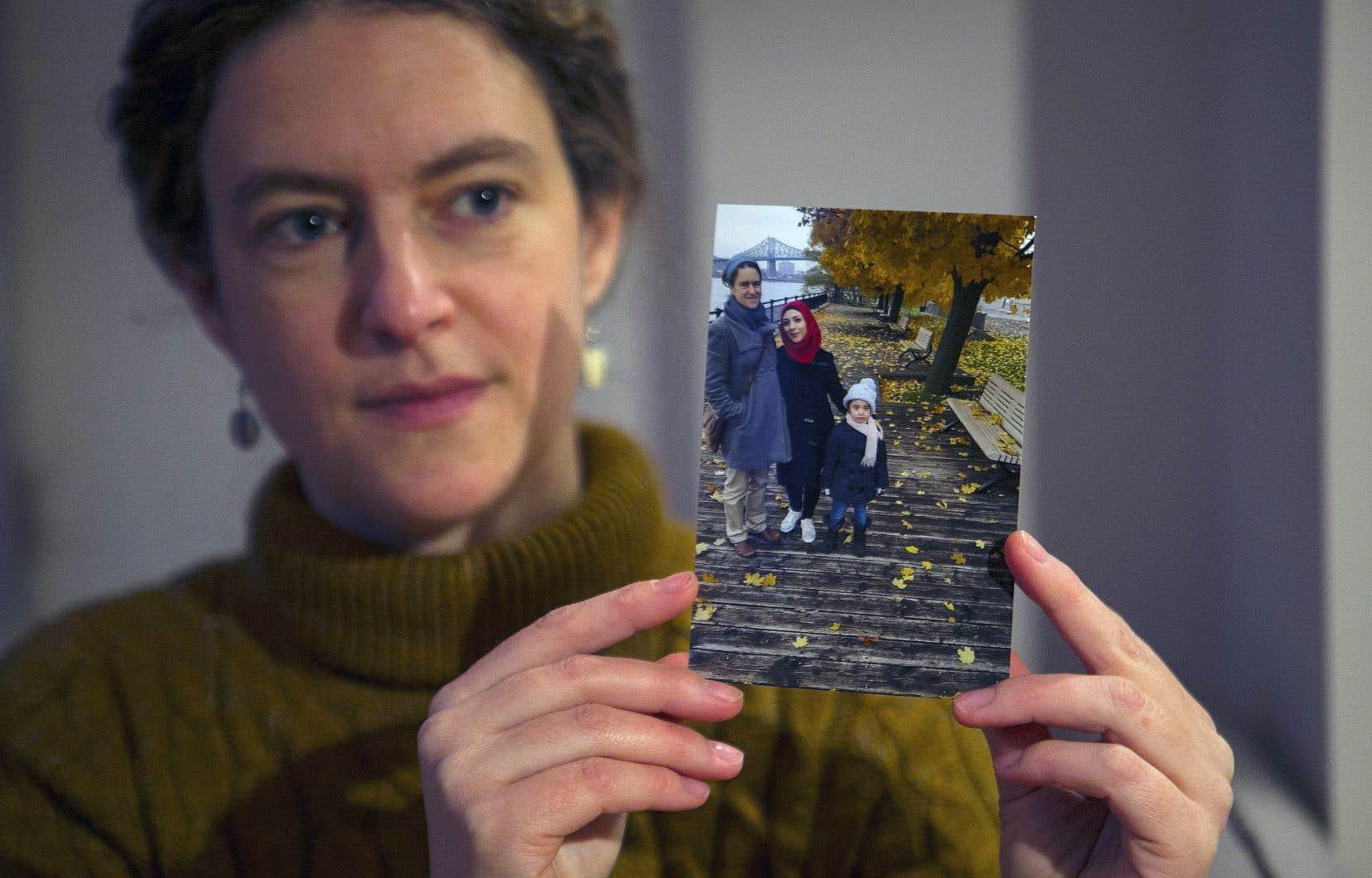 Manon Leroux tient une photo sur laquelle on la voit avec Bidaa et sa fille Meral, 6 ans, une famille de réfugiés qu'elle a parrainée. Mme Leroux s'apprête à déposer une autre demande de parrainage pour des réfugiés syriens.