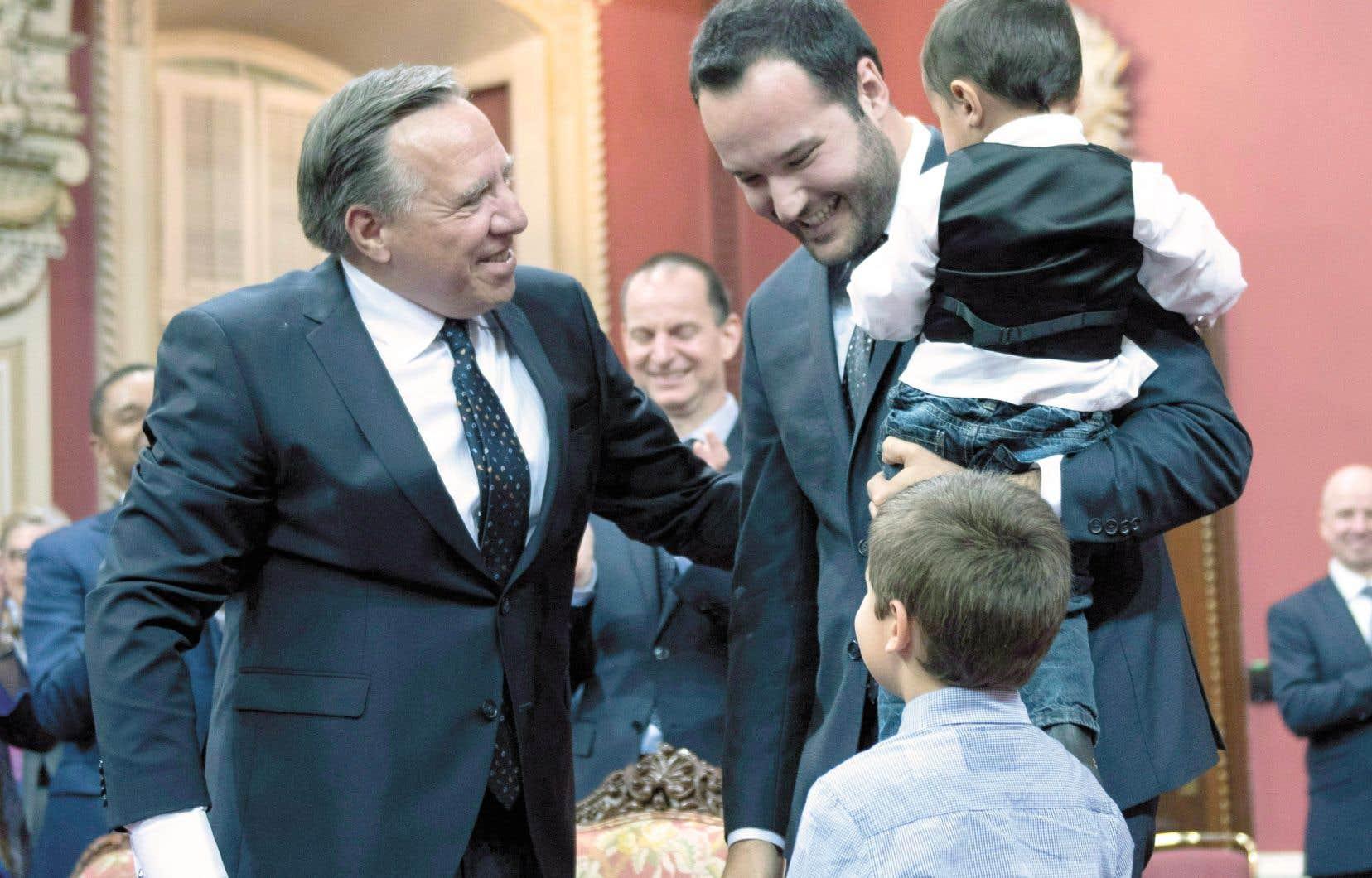 Le ministre de la Famille, Mathieu Lacombe, était accompagné de ses enfants à son assermentation en octobre 2018. Avec d'autres députés de l'Assemblée nationale, il cherche comment faciliter la vie familiale des politiciens sans s'accorder un privilège dont les citoyens ne peuvent bénéficier.