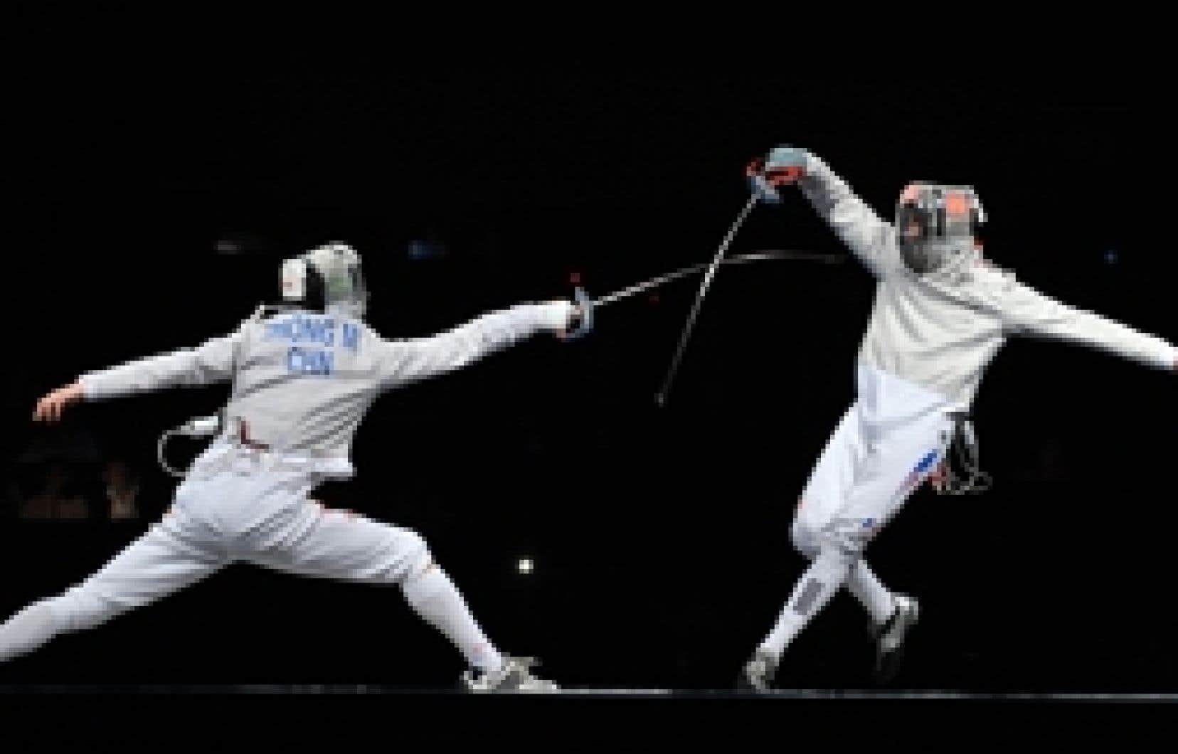 Le Chinois (à gauche) en plein combat contre le Français Nicolas Lopez, au sabre. Le Québécois Philippe Beaudry n'a jamais vraiment été dans le coup contre l'Italien Aldo Montano, qui est aussi vice-champion du monde 2007. Il s'est incliné 1