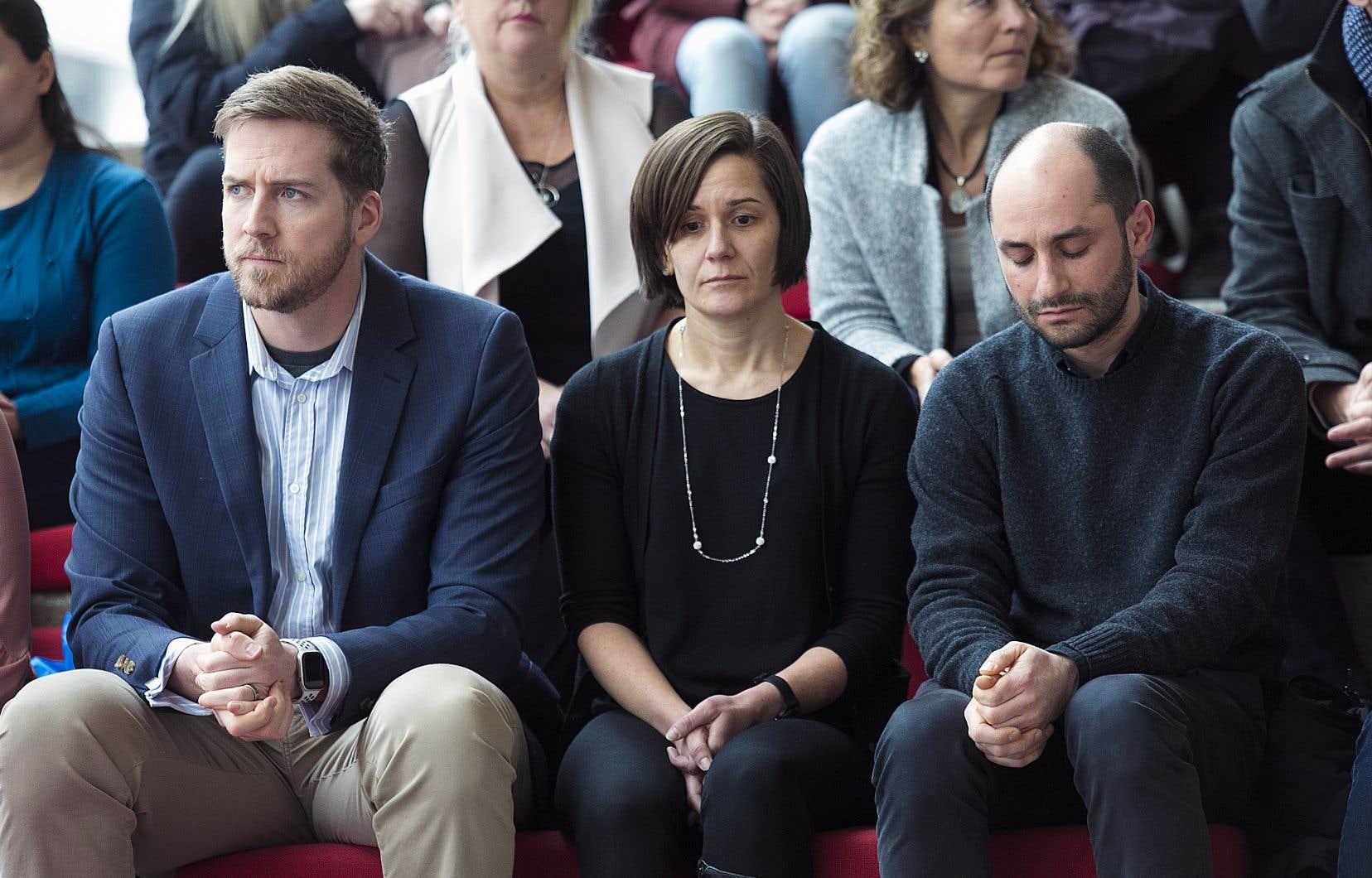 À Montréal, les étudiants et le personnel de l'École de technologie supérieure ont aussi observé une minute de silence. Danielle Monfet (au centre) a dirigé la thèse de doctorat de l'une des victimes de l'écrasement d'avion.
