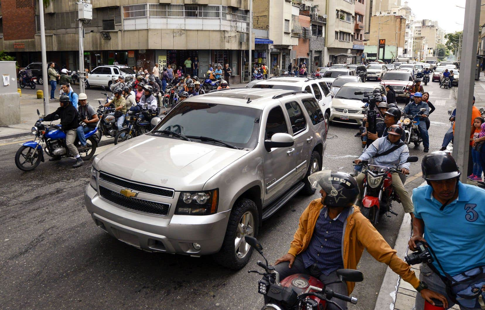 Des députés d'opposition soutiennent que leur véhicule a été atteint par des pierres et des coups de feu, tirés par des partisans de Nicolás Maduro, mercredi, à Caracas.
