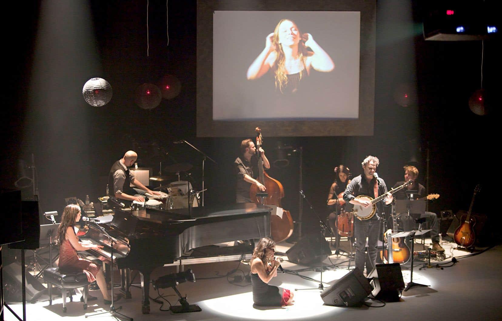 Entre les lignes des chansons de Lhasa de Sela, interprétées par les chanteurs Bia, Karen Young, Alexandre Désilets et Geneviève Toupin, 7 danseurs s'animent sur scène. La réédition du spectacle compte six nouvelles chorégraphies et intègre des nouvelles pièces.