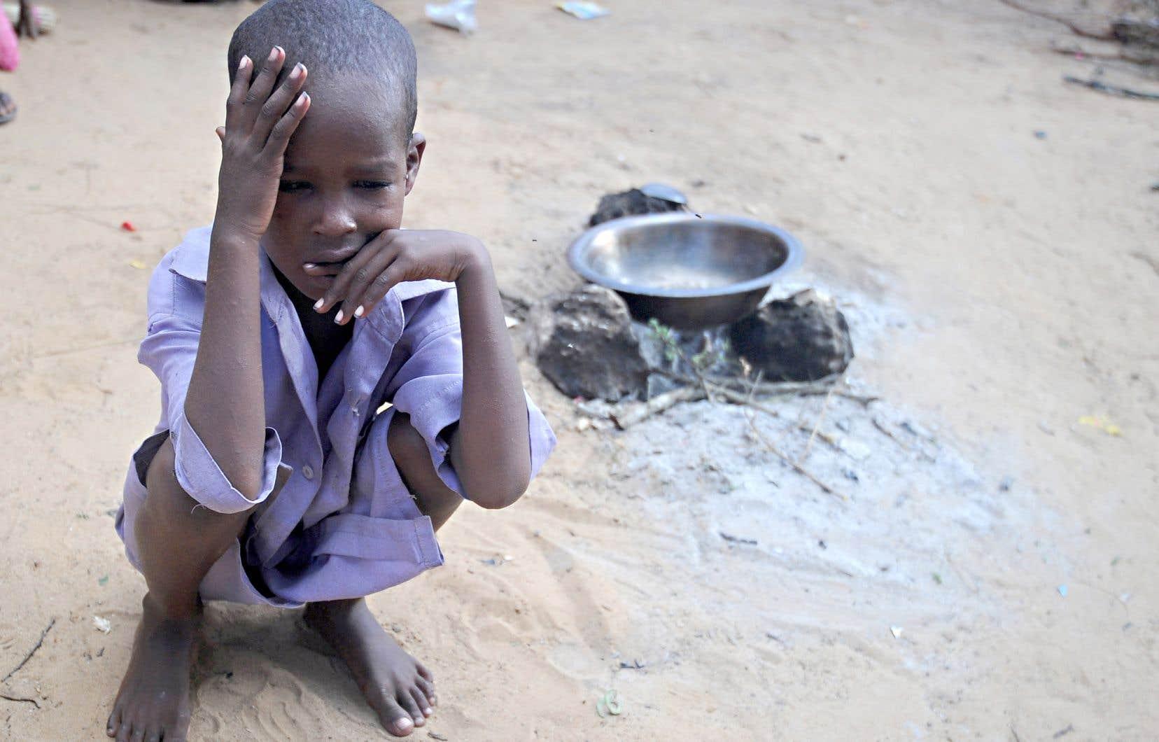 Un enfant somalien attendait dans un camp de réfugiés improvisé, en mai 2017, en banlieue de Mogadiscio, après que sa famille eut dû quitter sa région en raison d'une forte sécheresse.