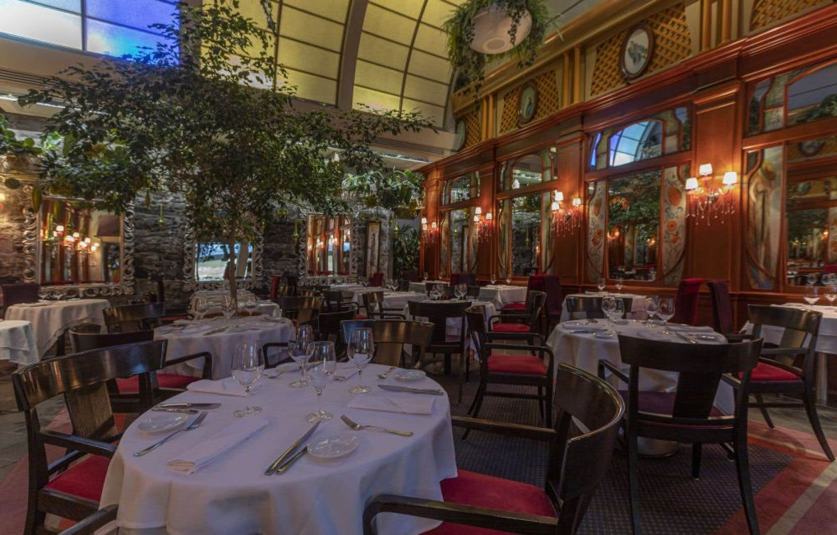 La salle décorée dans le style parisien fait un superbe écrin pour les plats complexes à l'esthétique travaillée.