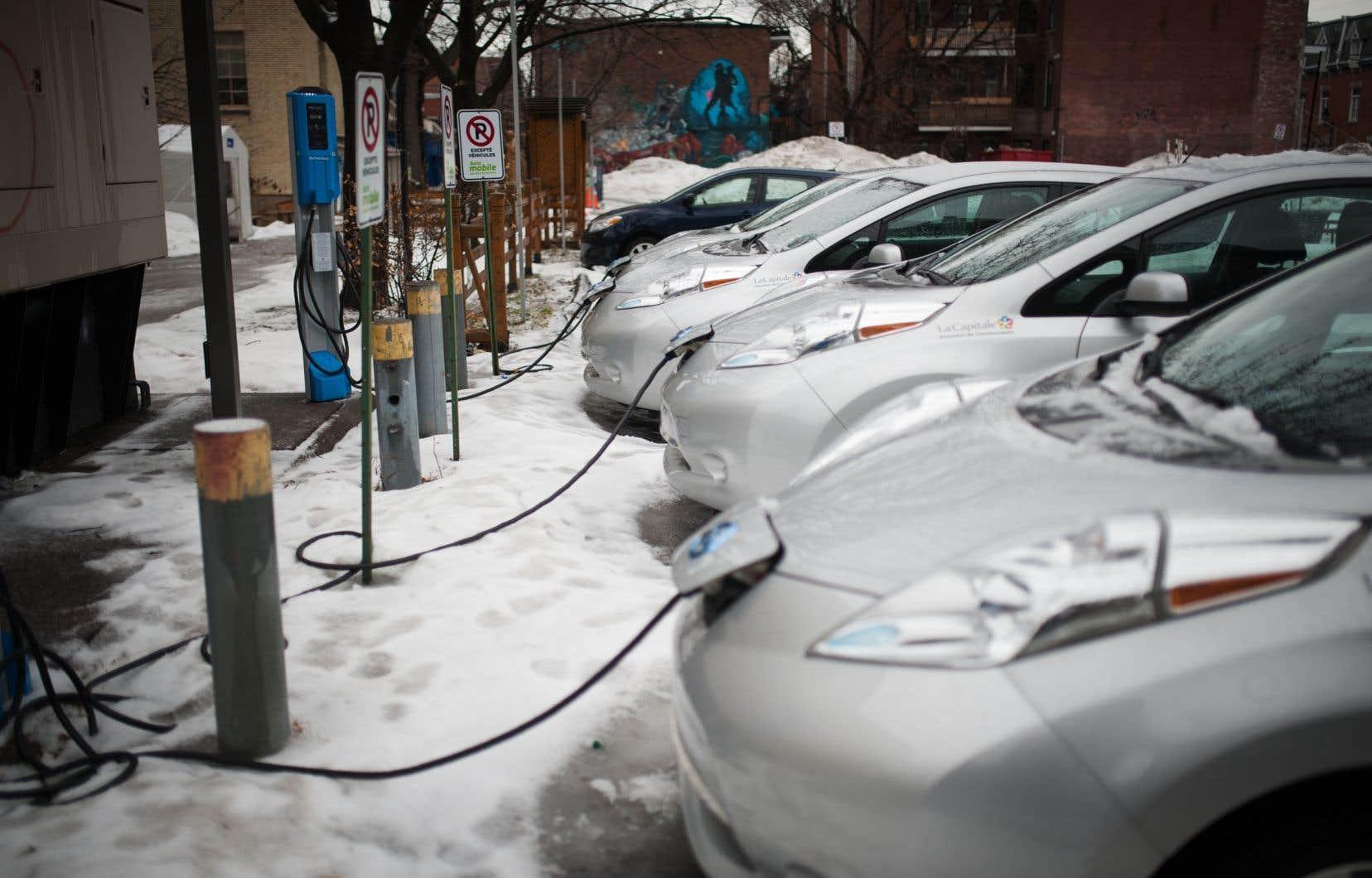 Le Québec a institué en 2018 un système obligeant les constructeurs à atteindre des cibles de vente de véhicules électriques.