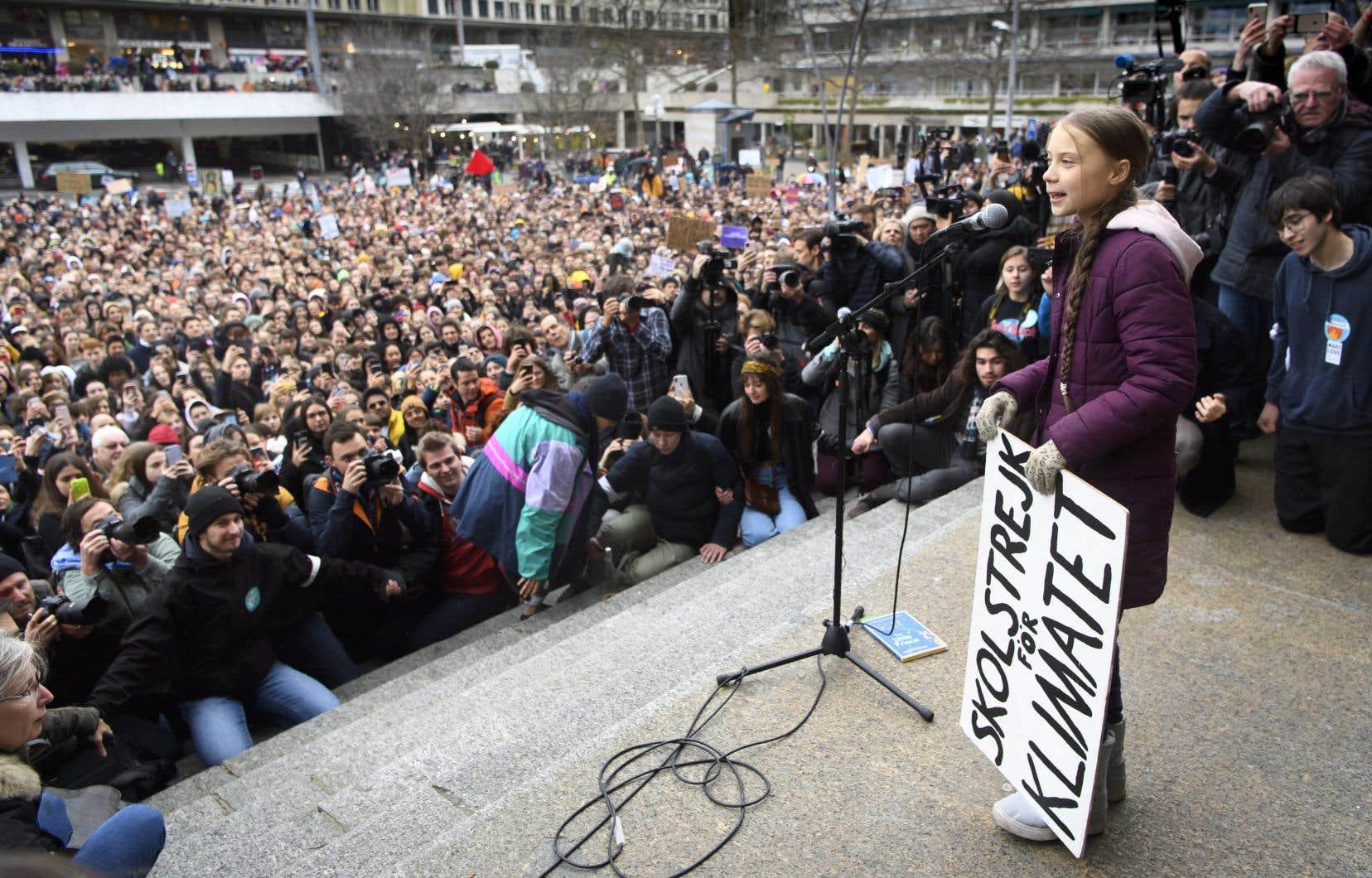 <p>La jeune activiste de 17ans a fait son apparition en fin de matinée, entourée de milliers de jeunes scandant des slogans tels que «Pas de nature, pas de futur» ou encore «Et 1, et 2, et 3 degrés. C'est un crime contre l'humanité!», en référence au réchauffement climatique.</p>