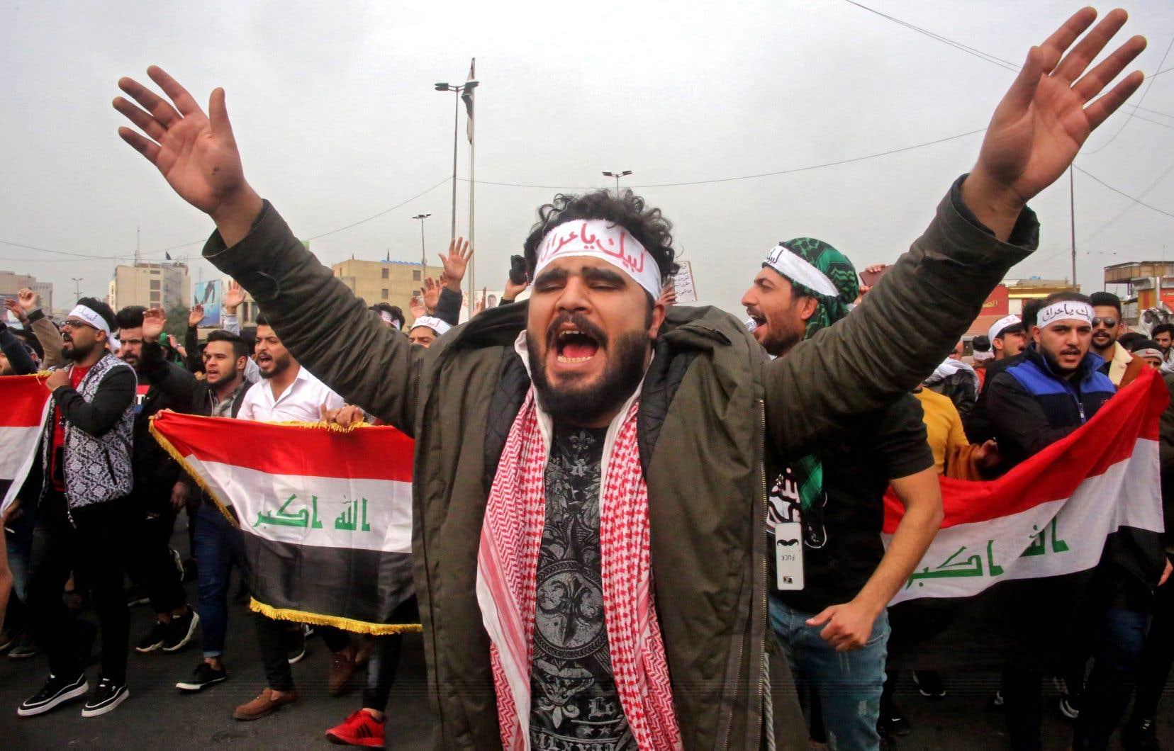 <p>Un manifestant irakien scandant des slogans dans une marche antigouvernementale, dimanche, près de la place Tahrir, épicentre de la contestation à Bagdad</p>