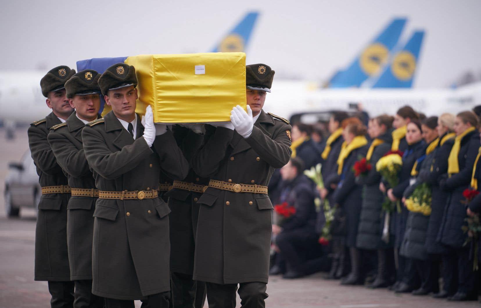 <p>Les onze cercueils ont été enveloppés dans des drapeaux ukrainiens et transportés sur le tarmac par des gardes d'honneur.</p>